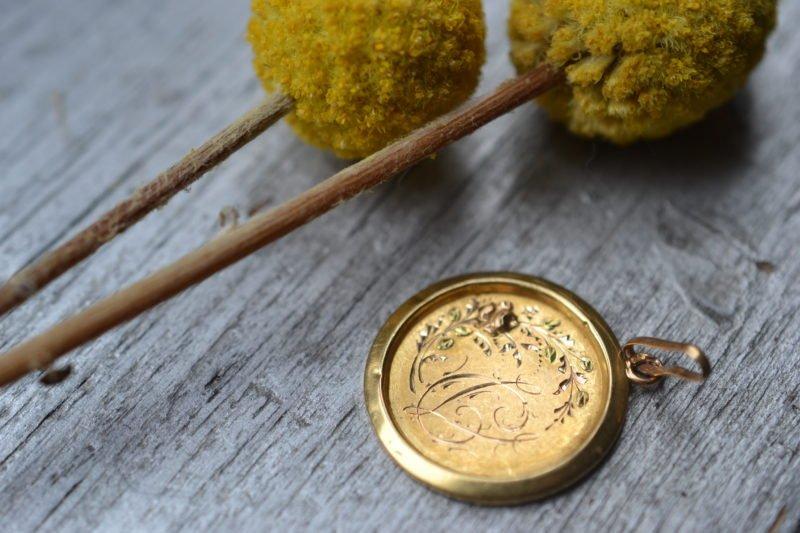 Médaille Circulaire En Or 18 Carats Fleurs