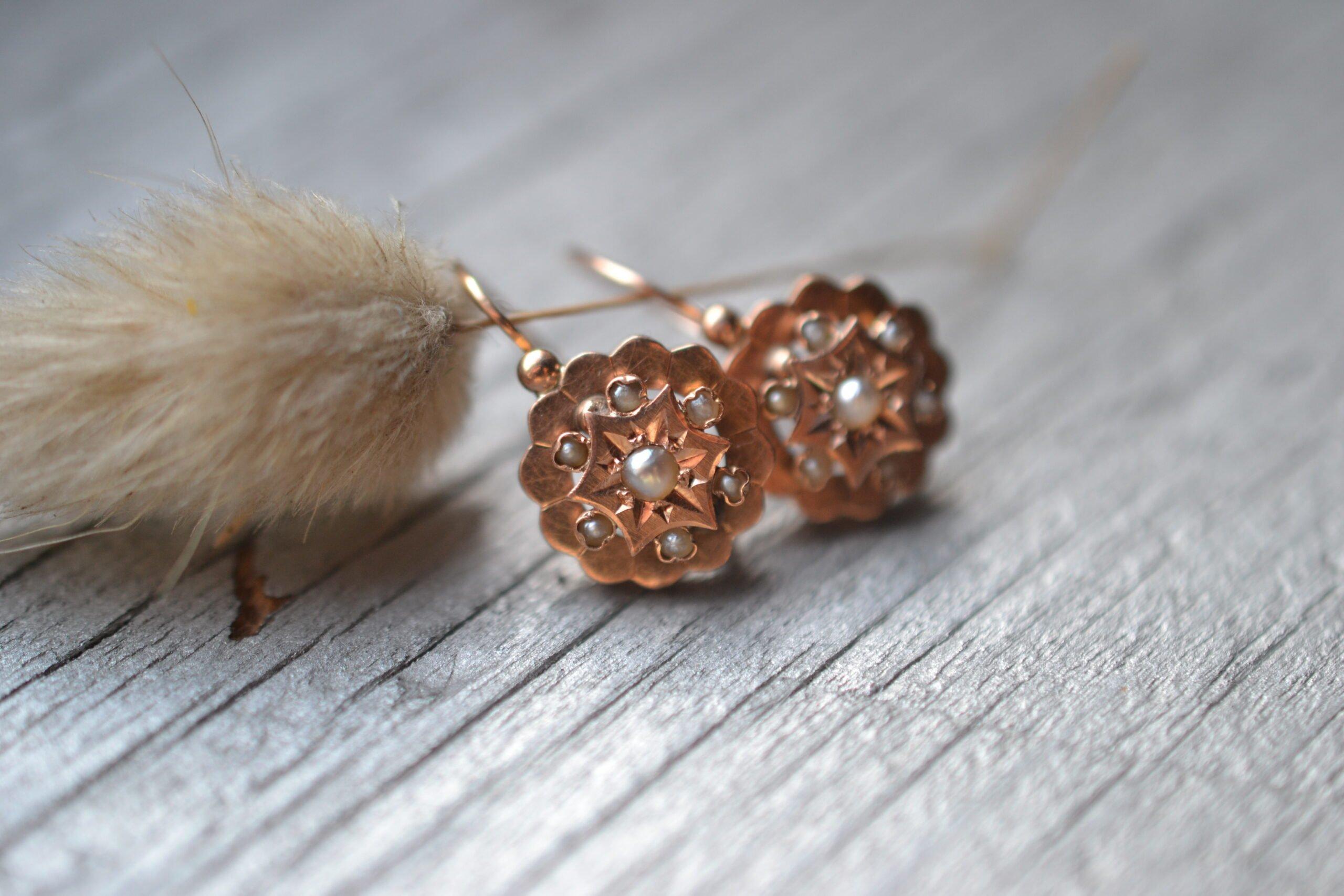Boucles d'oreilles anciennes en or jaune 18 carats (750/1000), ornée chacune de 7 semences de perles - un bijou Noircarat.fr