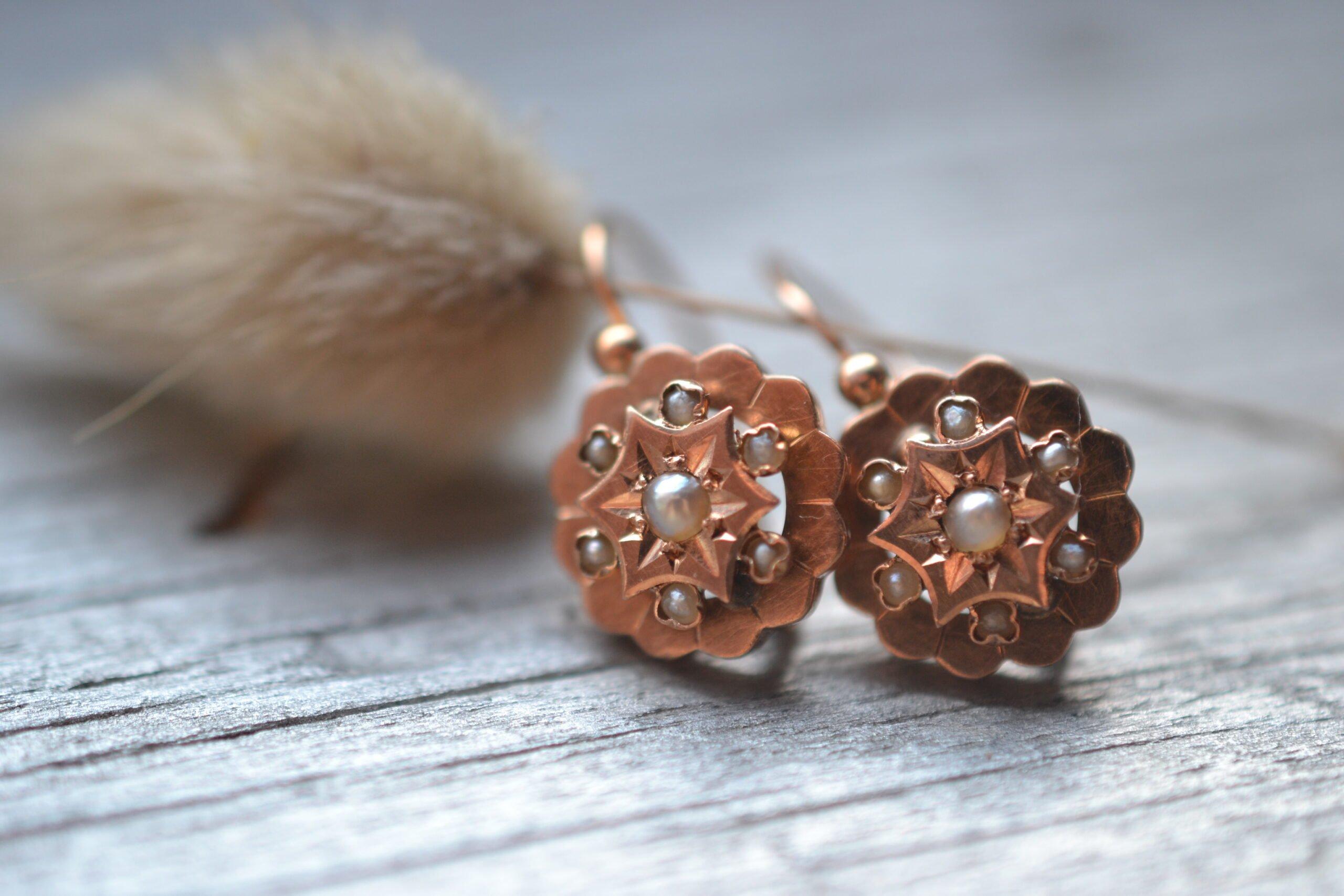 Boucles d'oreilles vintage en or jaune 18 carats (750/1000), ornée chacune de 7 semences de perles - un bijou Noircarat.fr