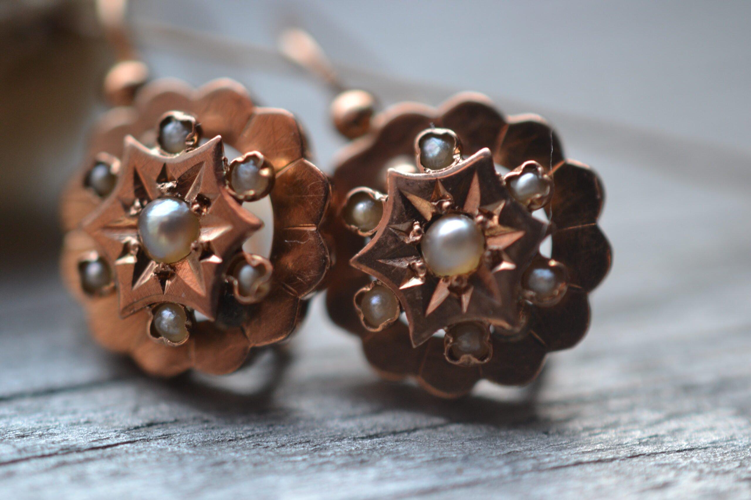 Boucles d'oreilles occasion en or jaune 18 carats (750/1000), ornée chacune de 7 semences de perles