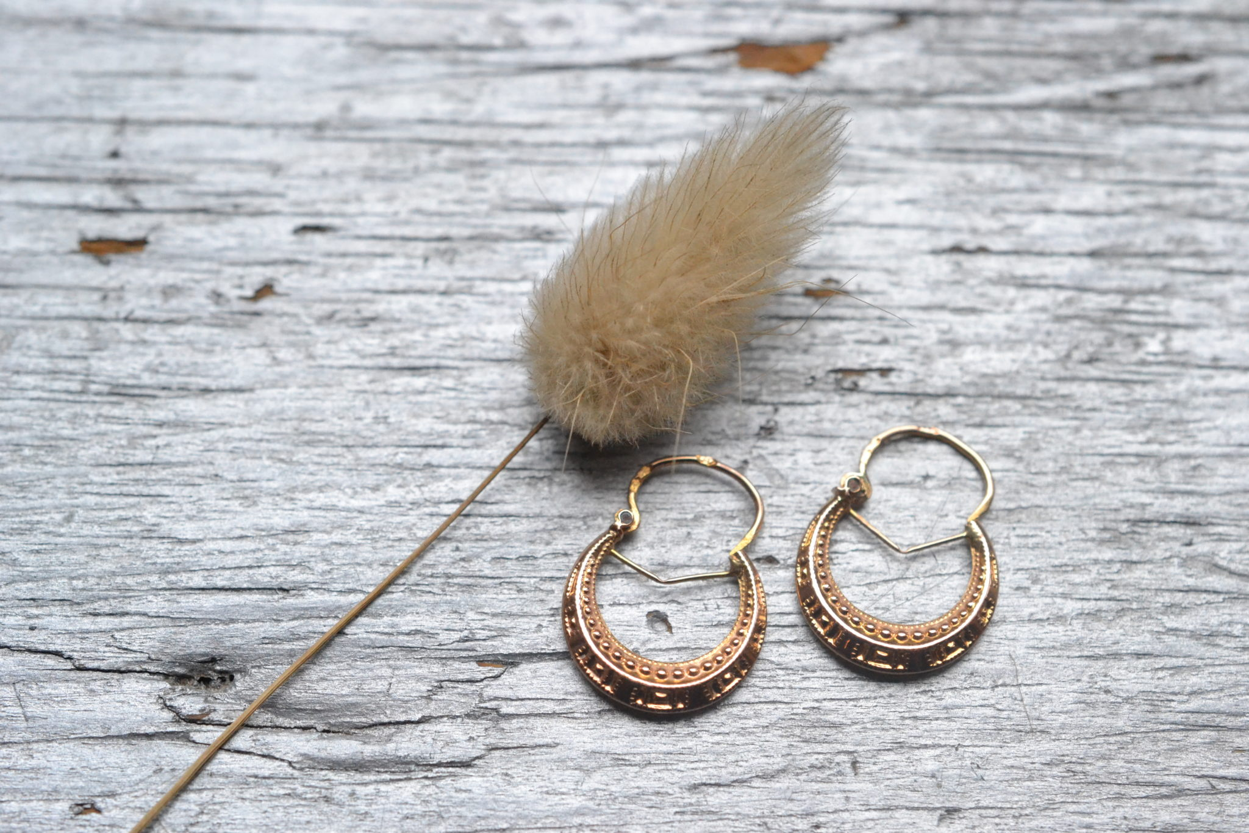 Paire de boucles d'oreilles anciennes en or 18 carats (750/1000), style vintage et décor de perles repoussées- un bijou Noircarat.fr