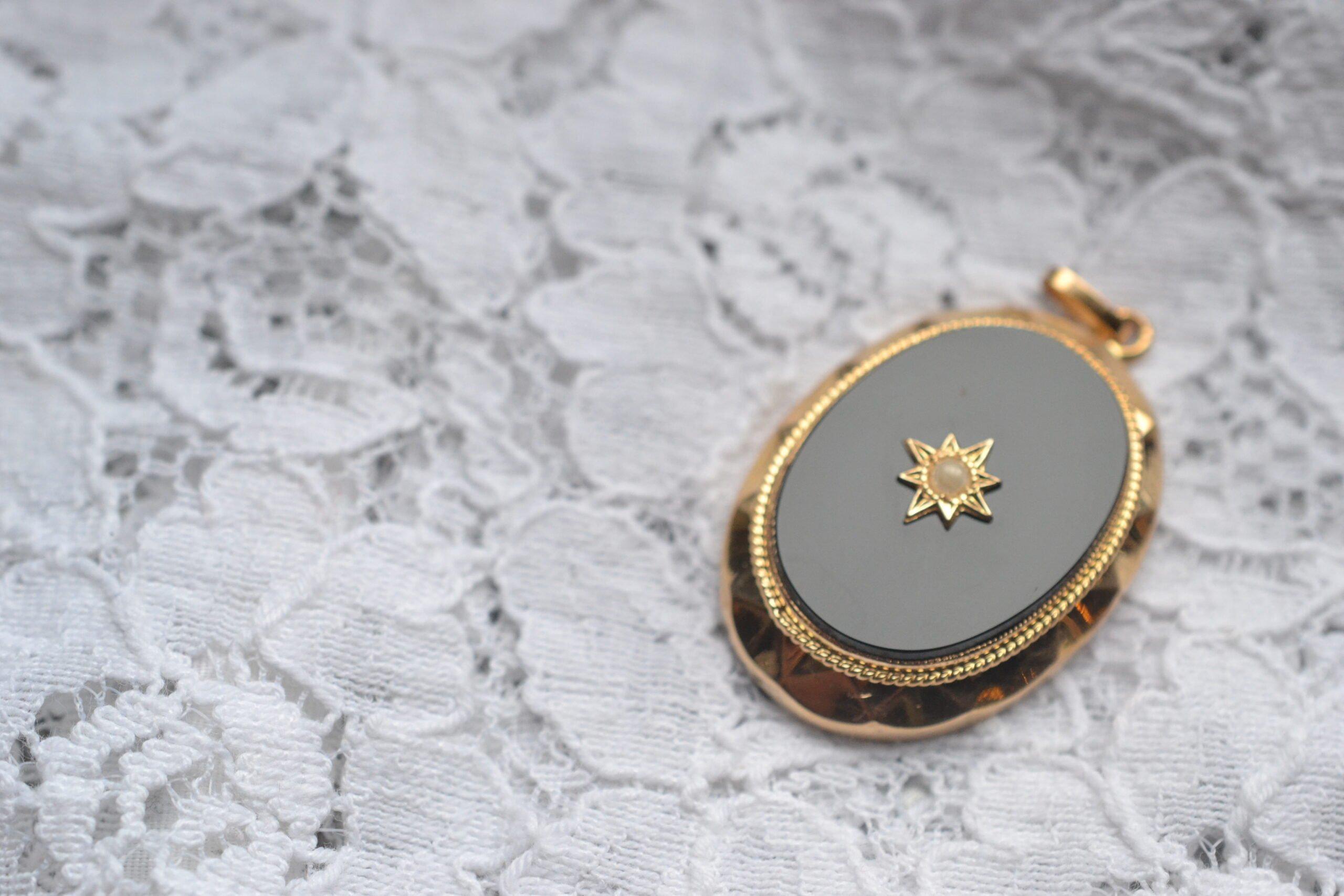Pendentif Vintage En Or Jaune 18 Carats (750/1000), Serti D'une Plaque D'onyx Et Orné D'une Perle En Son Centre- Un Bijou Noircarat.fr