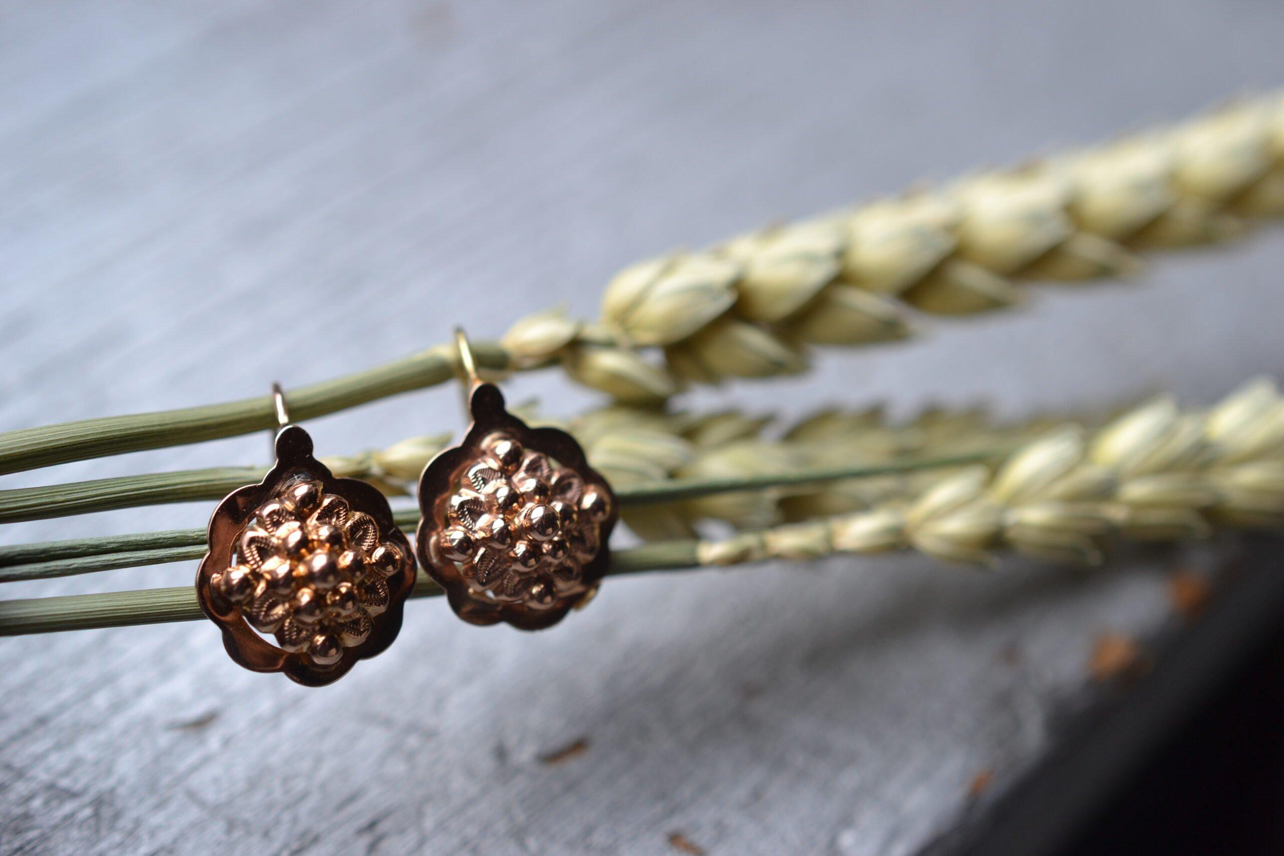 Boucles d'oreilles anciennes style dormeuses en or rose 18 carats (750/1000), à décor de fleurs