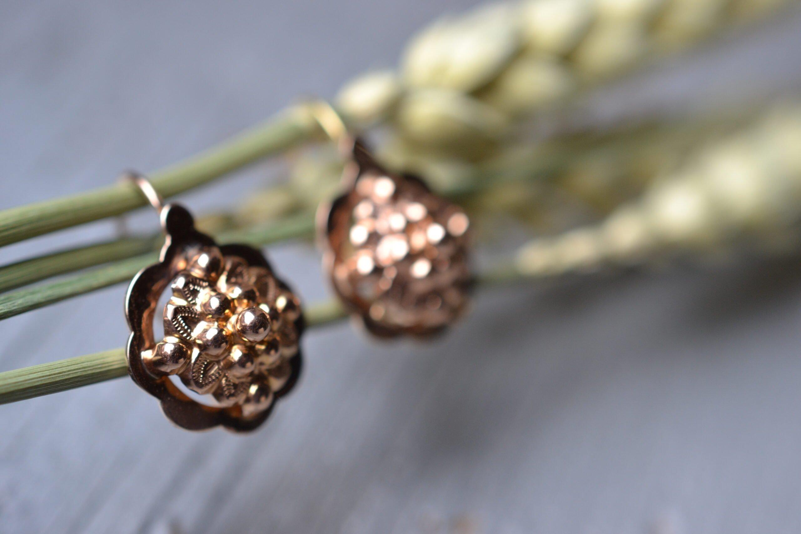 Boucles d'oreilles vintage style dormeuses en or rose 18 carats (750/1000), à décor de fleurs