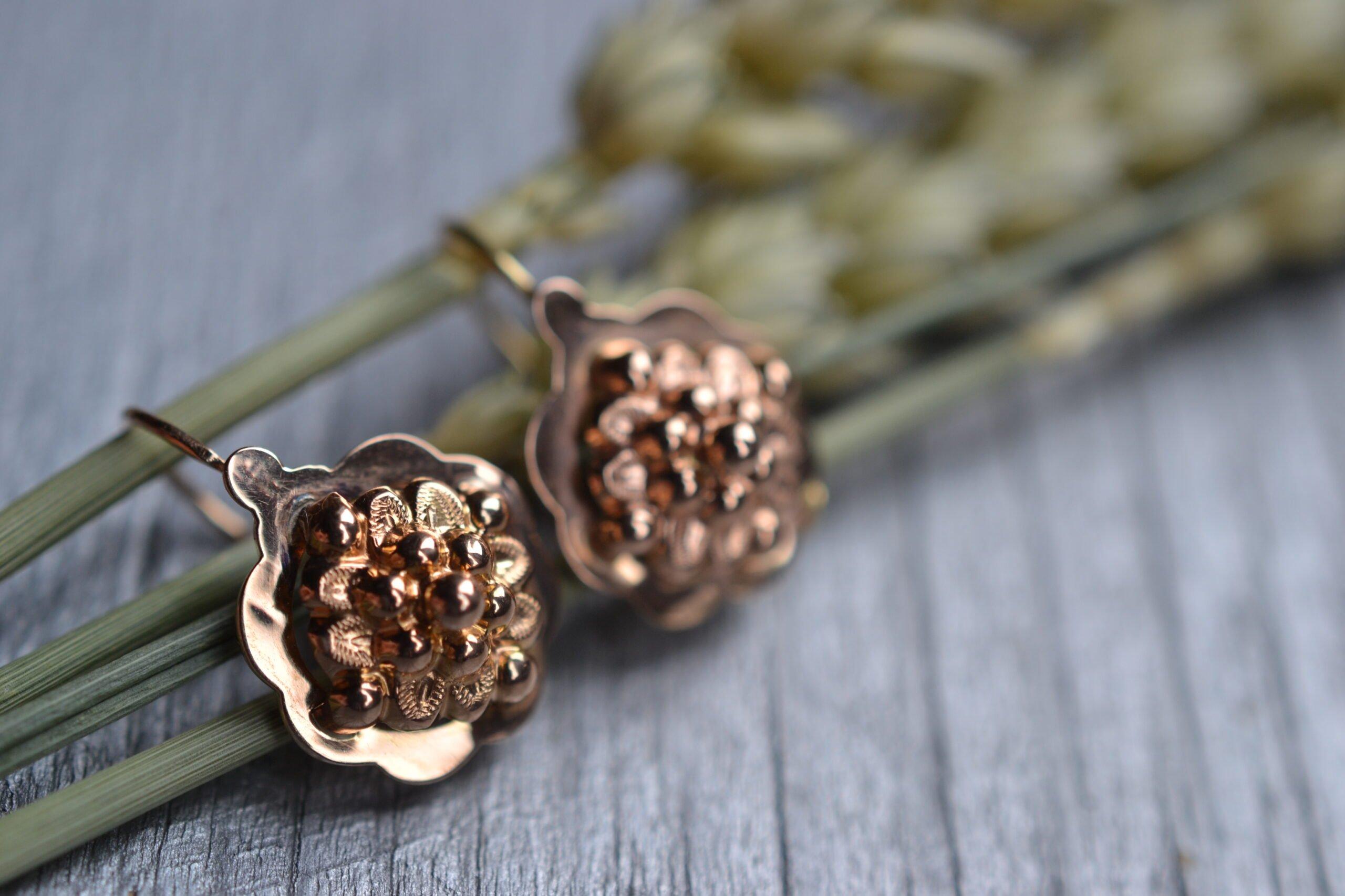 Boucles d'oreilles dormeuses en or rose 18 carats (750/1000), à décor de fleurs- un bijou Noircarat.fr