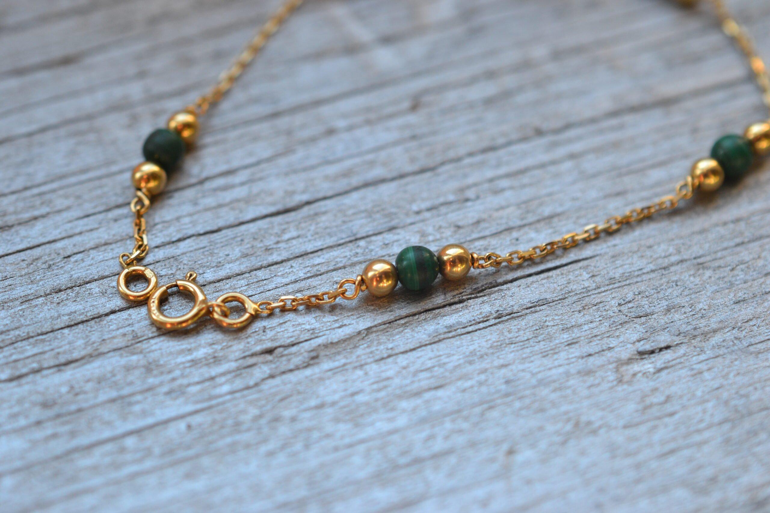 Bracelet Ancien En Or 18 Carats Avec Petites Billes Vertes , Monté Sur Une Chaine Fine- Un Bijou Noircarat.fr
