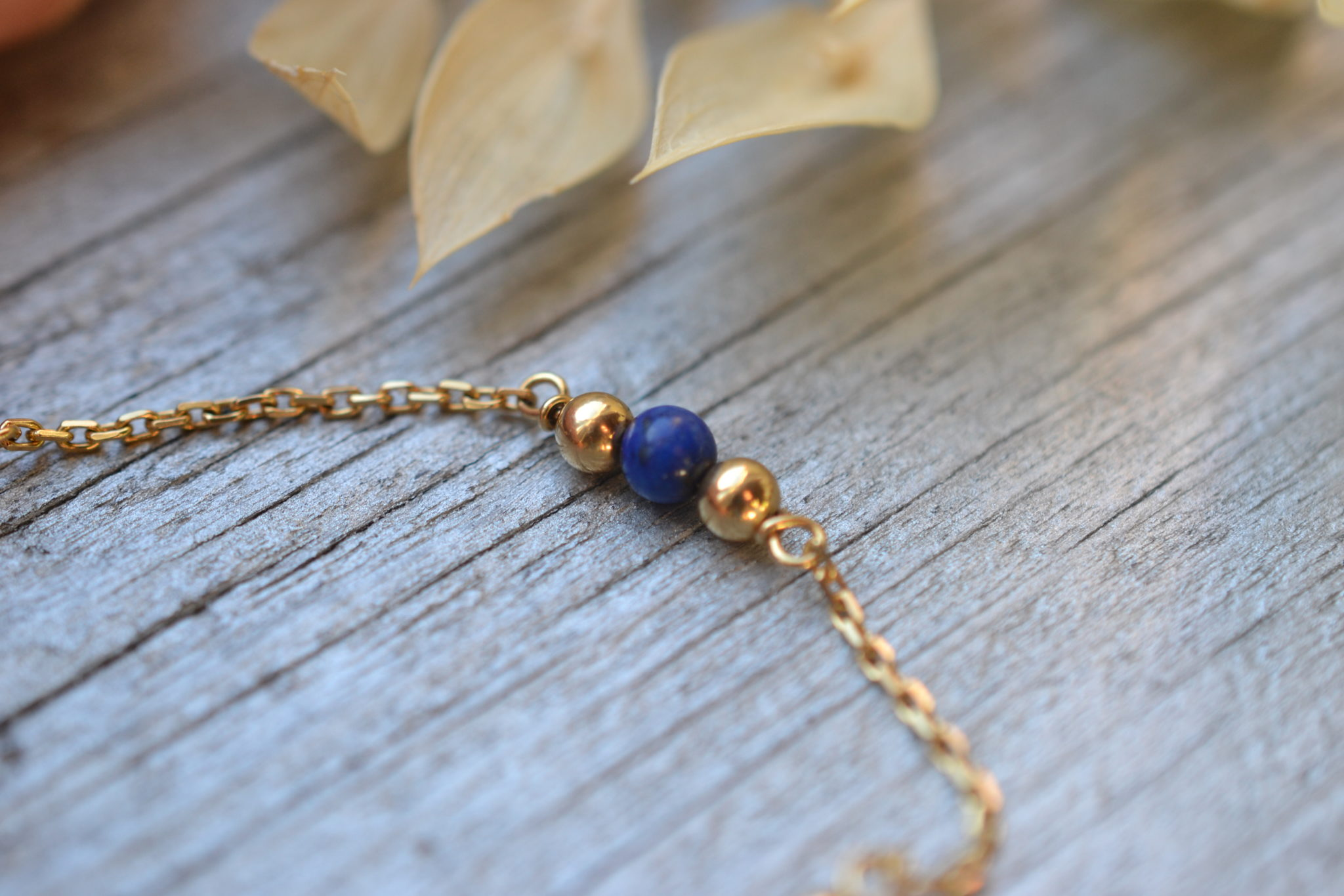 bracelet ancien en or 18 carats avec petites billes bleues , monté sur une chaine fine- un bijou noircarat.fr