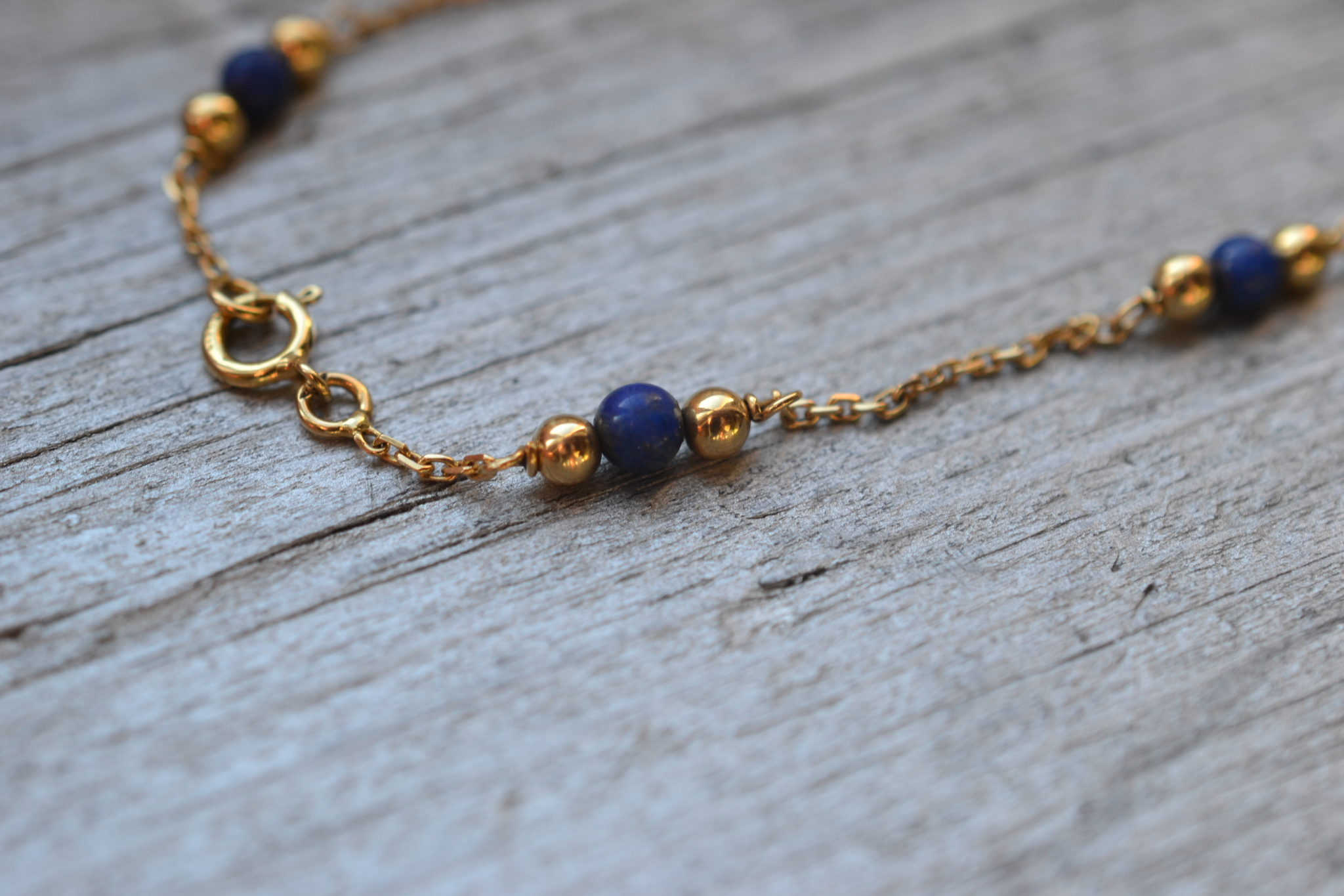 Bracelet Vintage En Or 18 Carats Avec Petites Billes Vertes , Monté Sur Une Chaine Fine- Un Bijou Noircarat.fr