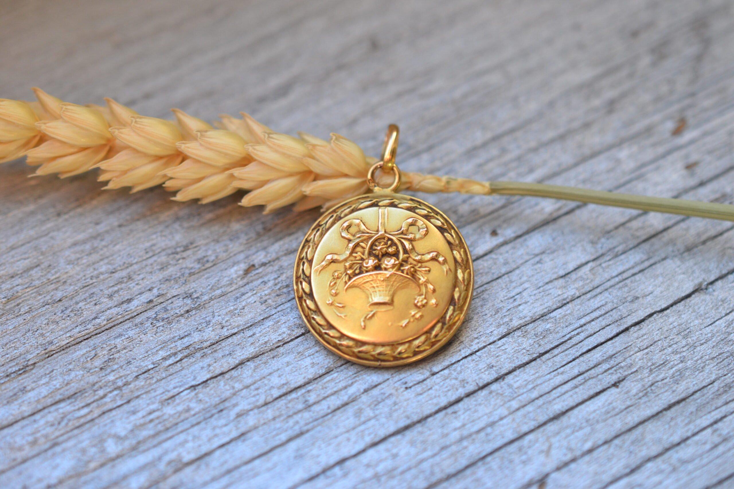 Médaille Laïque Vintage En Or 18 Carats Avec Déco De Corbeille- Un Bijou Noircarat.fr