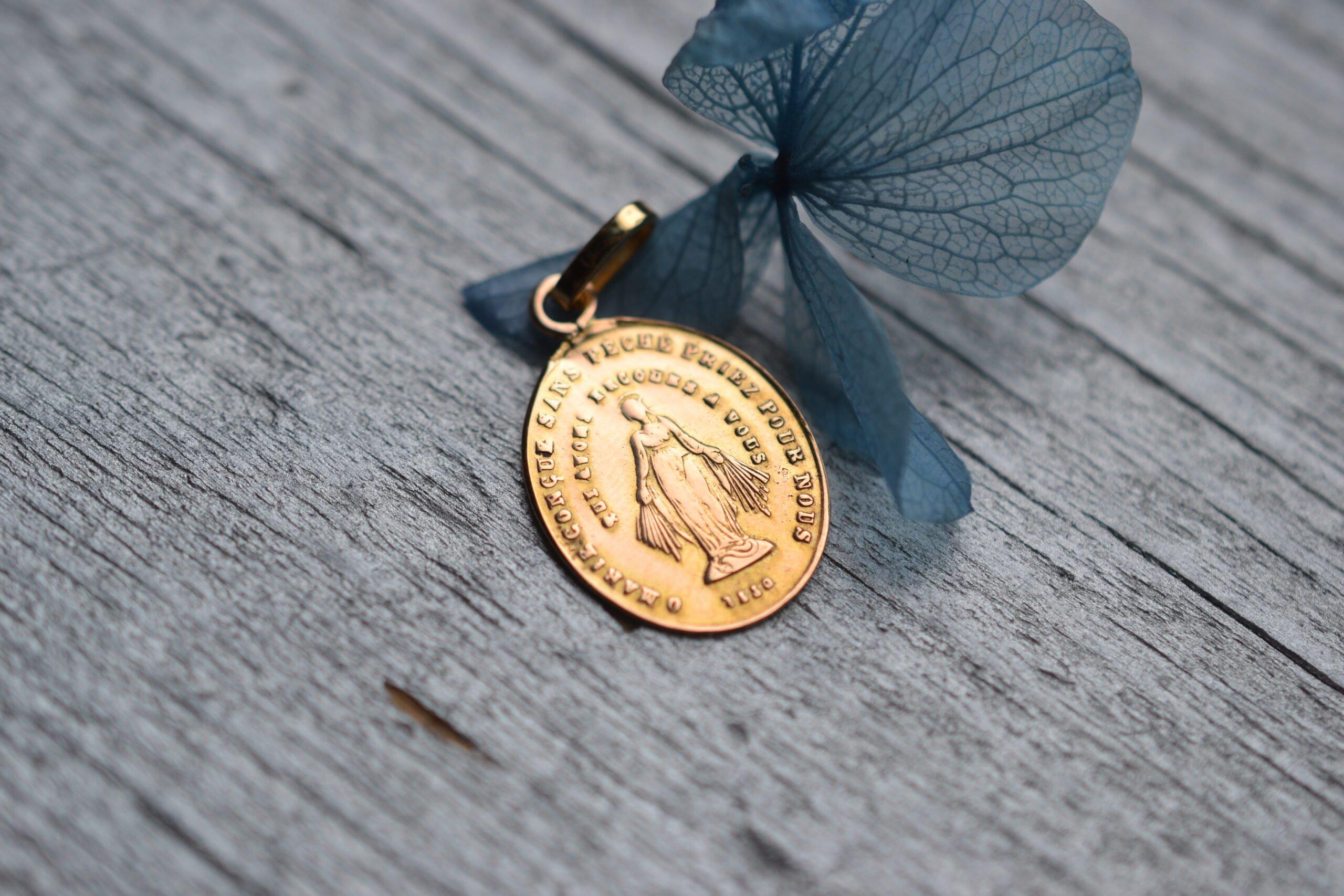 baptème médaille miraculeuse en Or 18 carats - bijou ancien et vintage - un bijou noircarat.fr