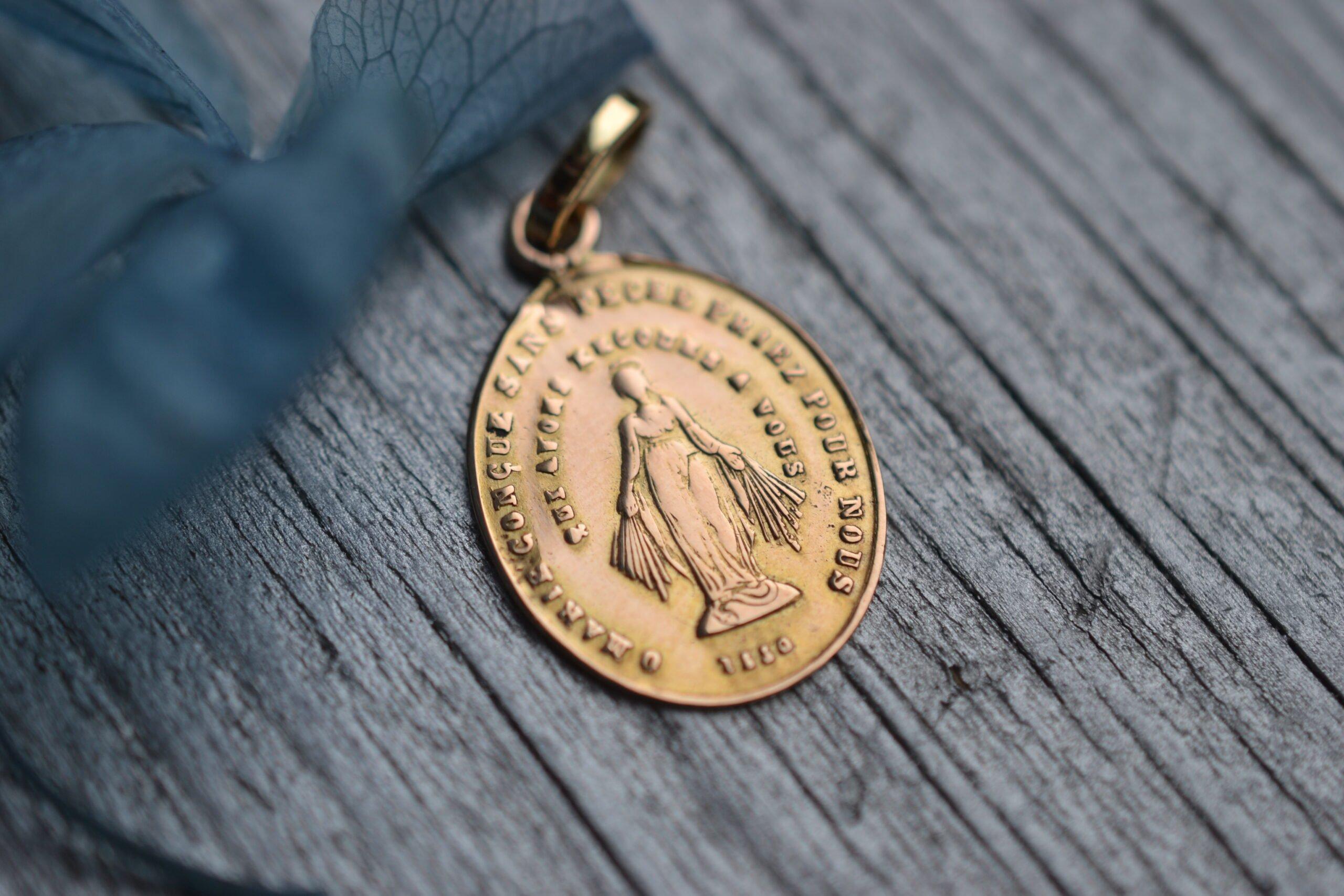 médaille religieuse miraculeuse en Or 18 carats - bijou ancien et vintage - un bijou occasion