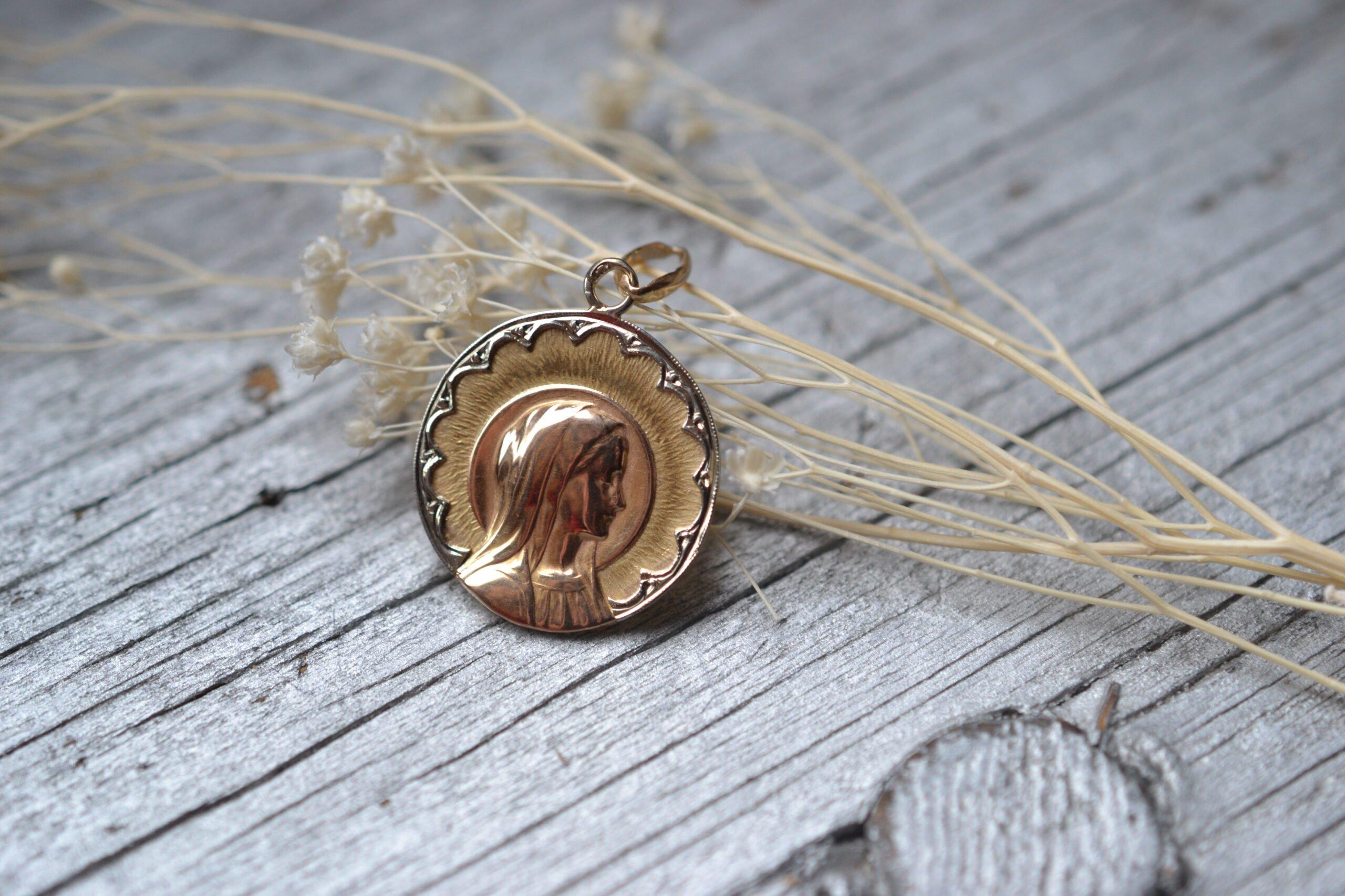Médaille Religieuse Ancienne 3 Ors 18 Carats - Baptème - Bijou Vintage De Seconde Main - Pièce Unique - Un Bijou Noircarat.fr