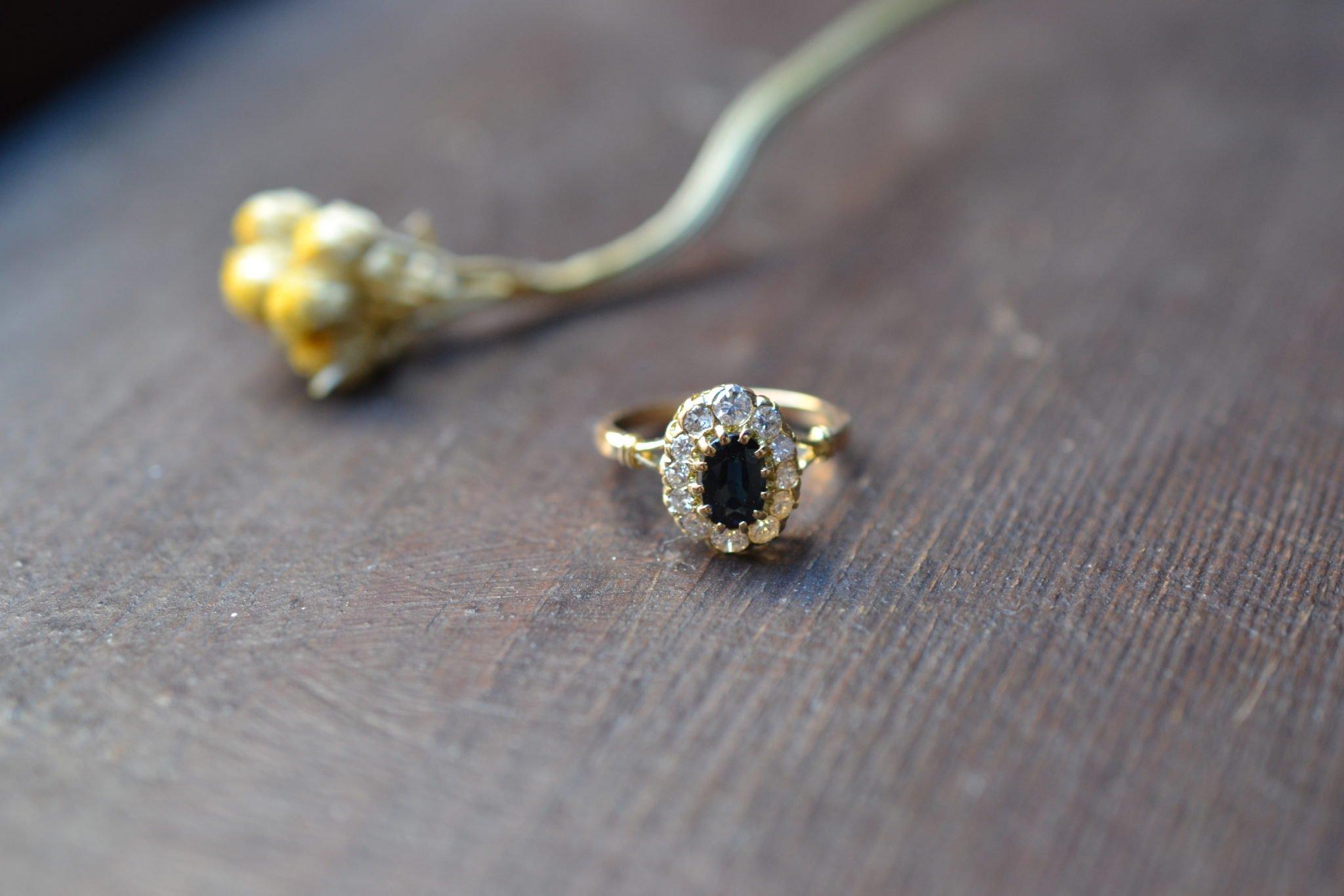 Bague Ancienne Fiançailles - Bague Marguerite Saphir Et Diamants - En Or Jaune 18 Carats 750:1000 - Bijoux Vintage