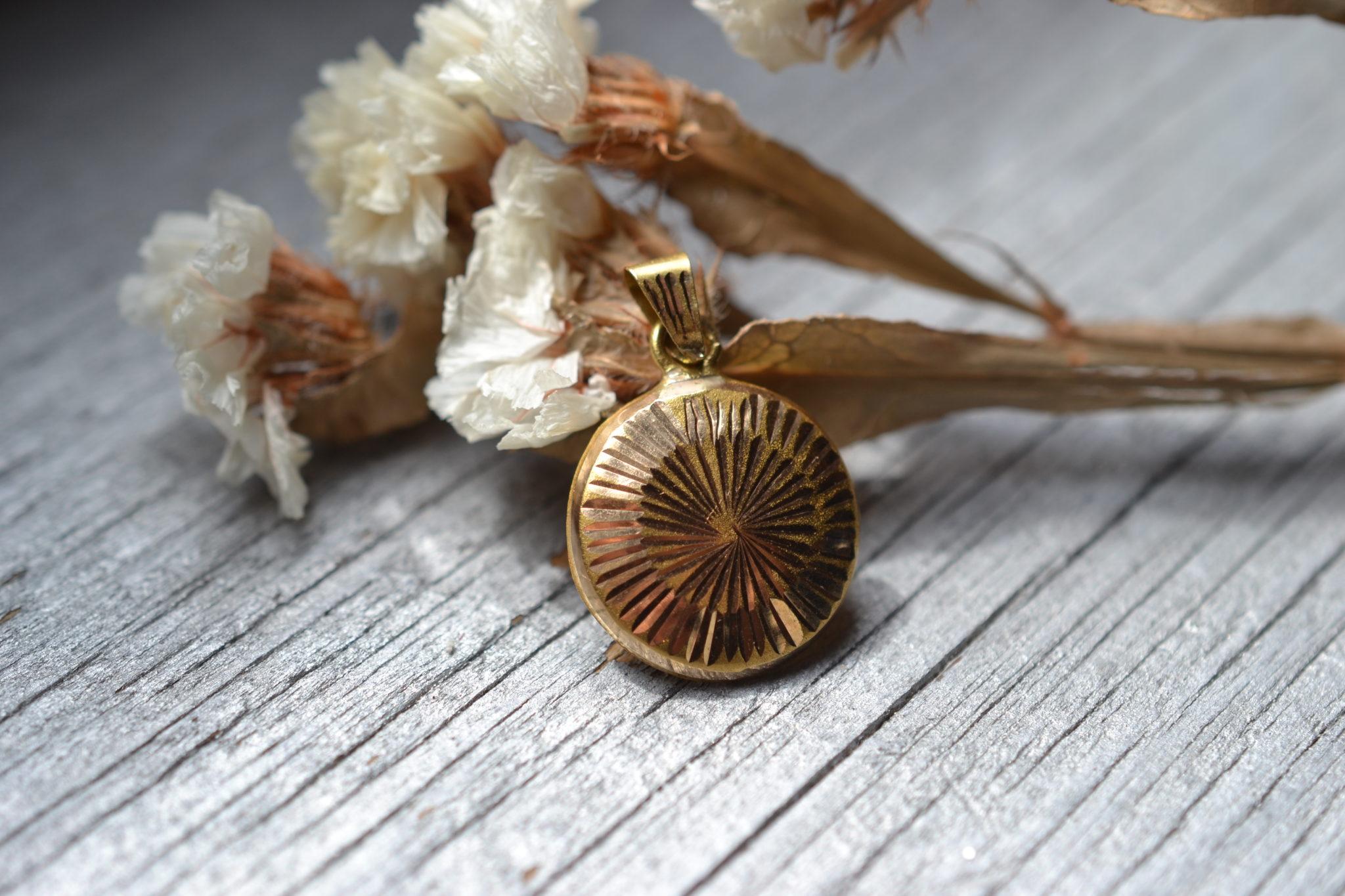 Pendentif Soleil Gravé En Or 18 Carats - Vijoux Anciens Médaille En Or Cadeau