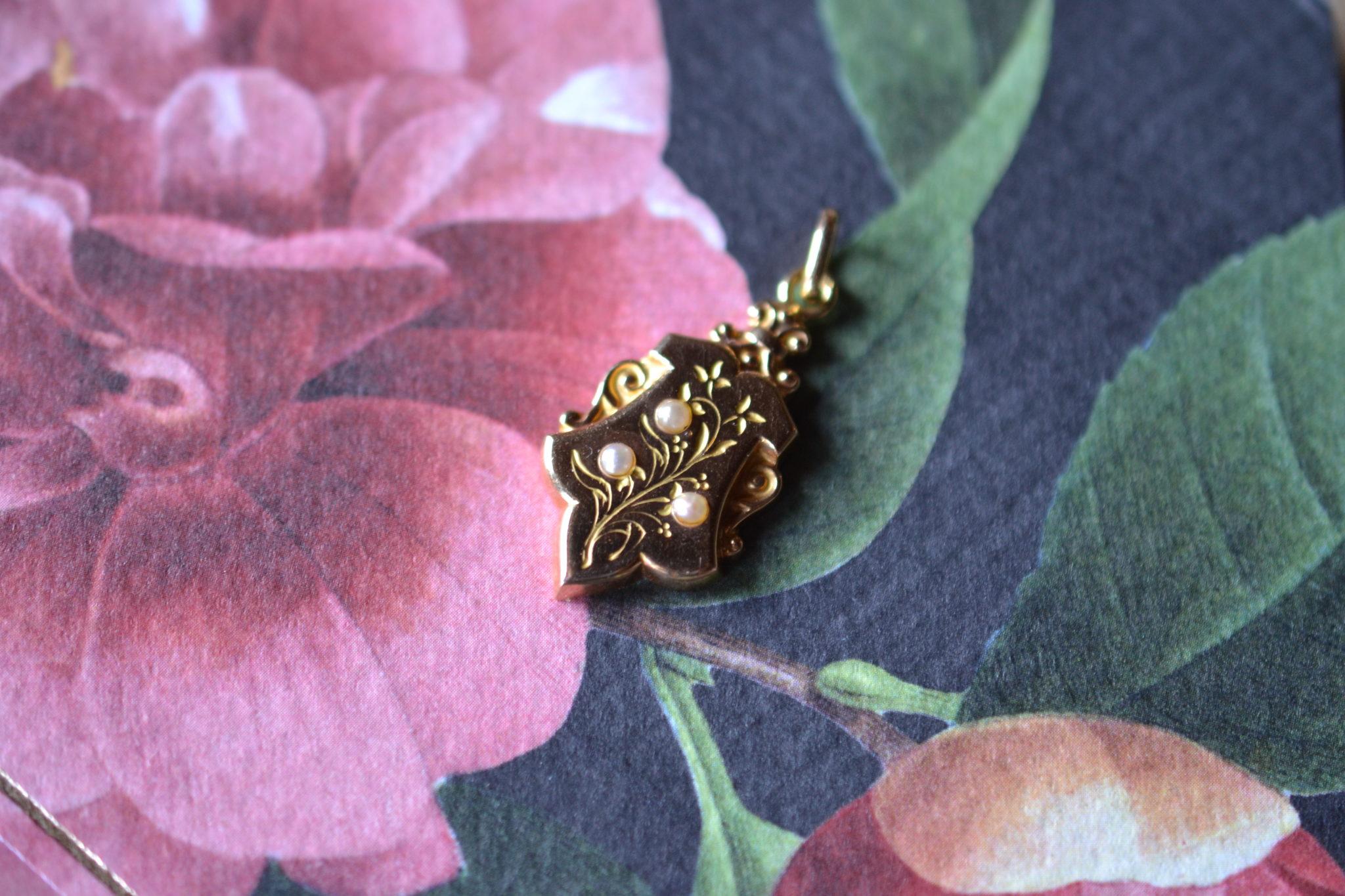 Pendentif Ancien Décor Floral Gravé Et Perle Centrale - Bijoux Anciens En Or Jaune - Bijoux Zero Déchet