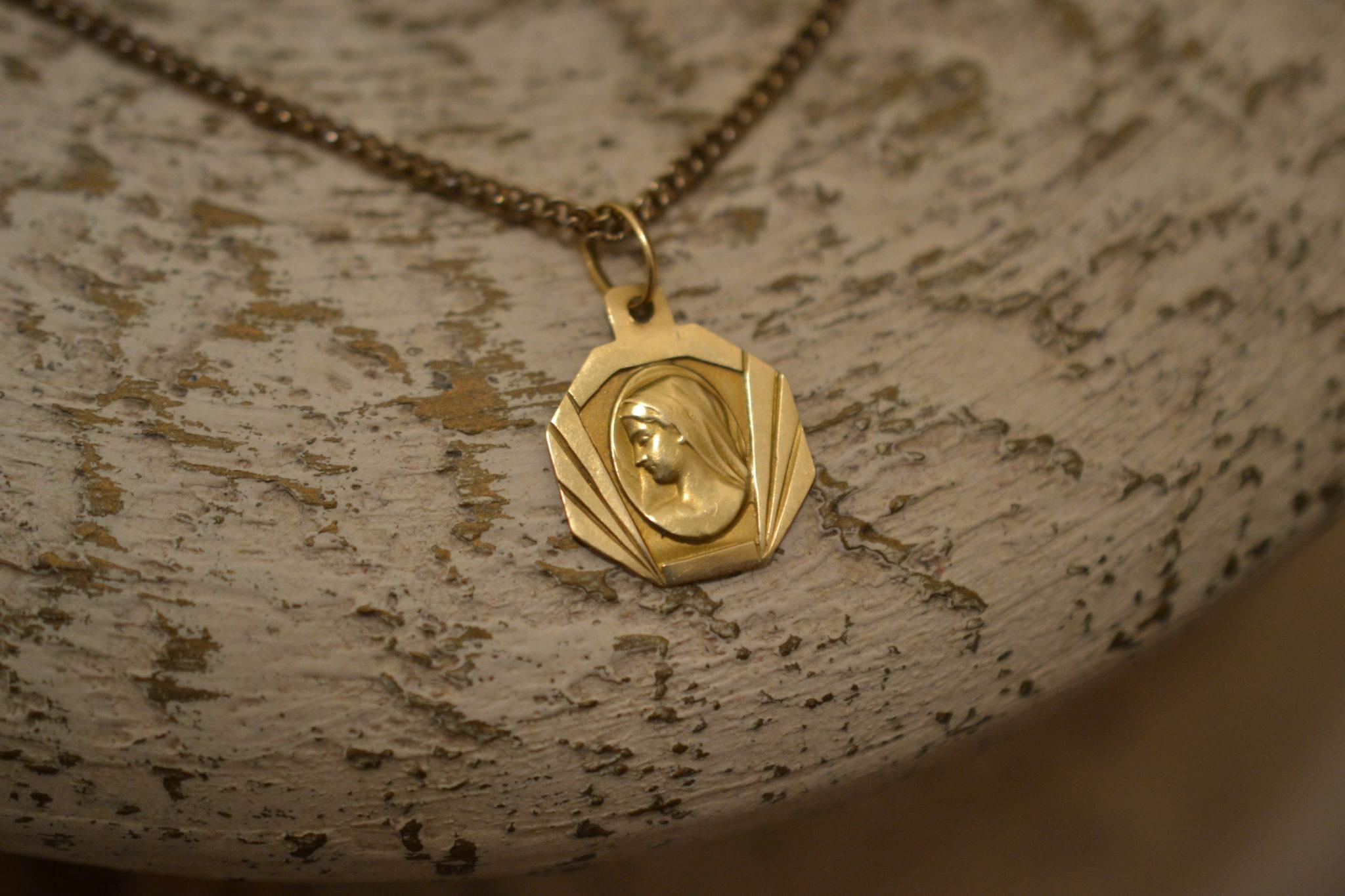 Médaille symétrique Profil de la Vierge bijou ancien