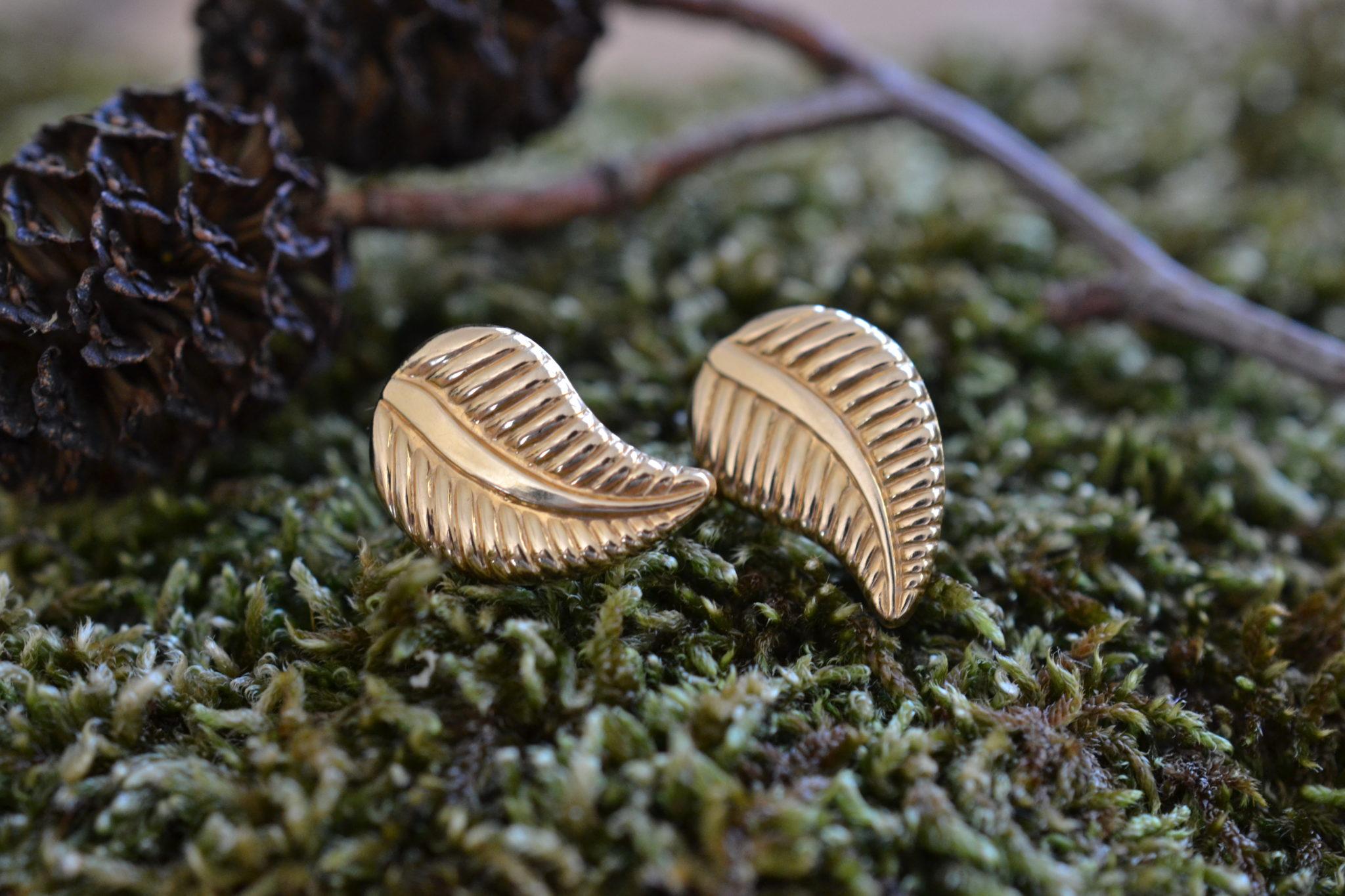 Paire De Boutons D'oreille En Or (poinçon Tête D'aigle) En Forme De Feuille Bijoux Anciens En Or