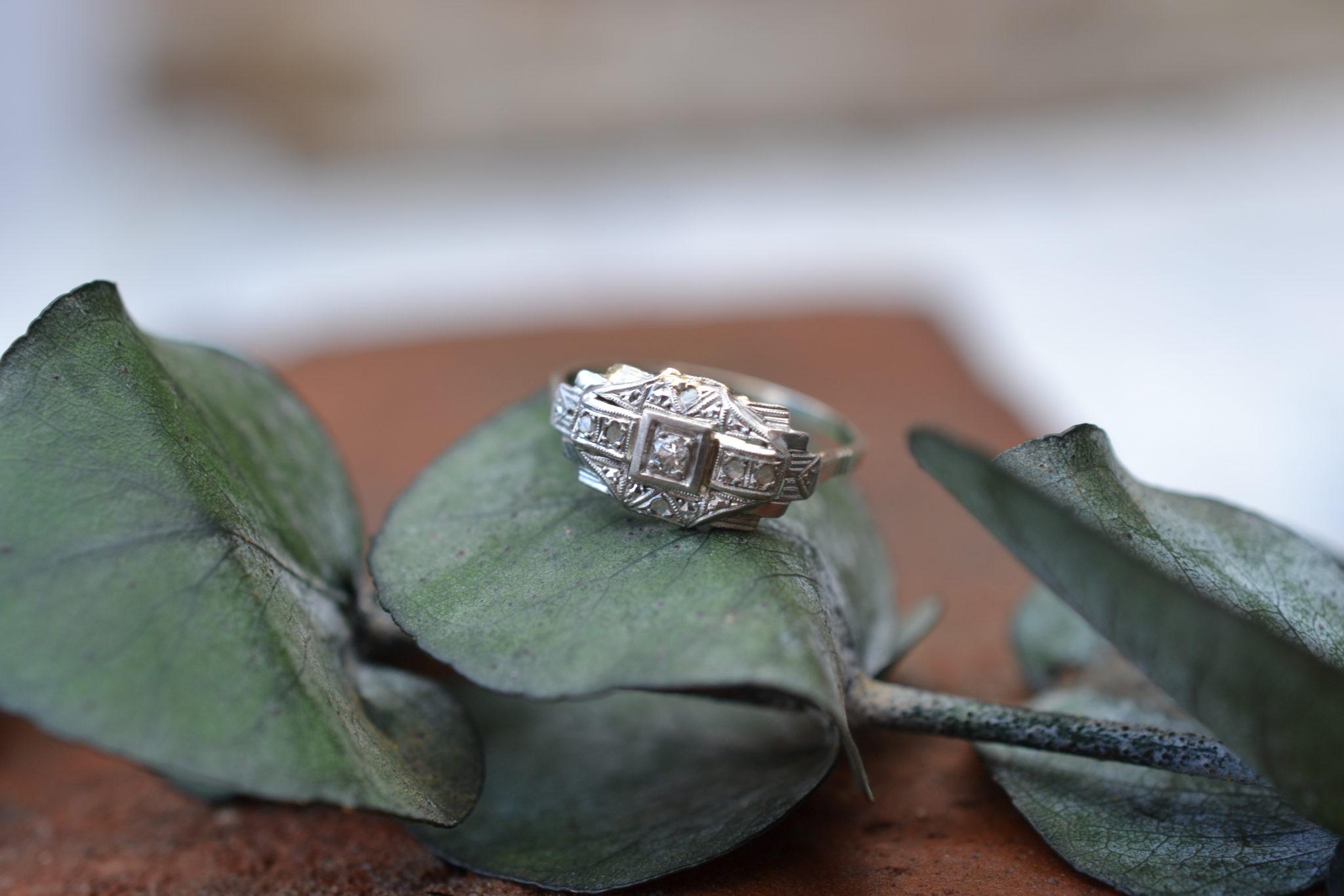 Bague en Or gris et platine ornée de petits diamants bague seconde main