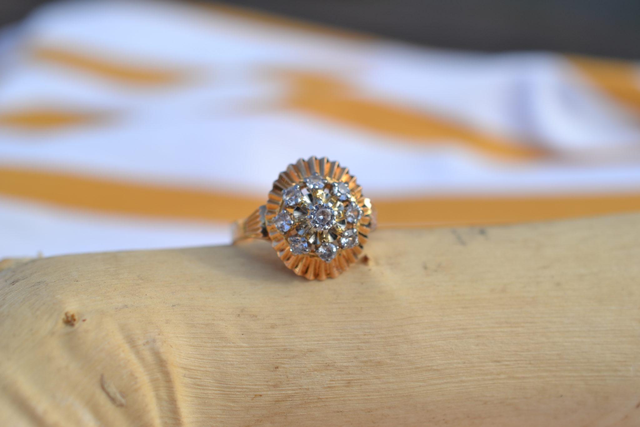 Bague En Or Jaune Ornée De 9 Diamants Sur Une Monture Plissée à La Forme Ovale Bijou Ancien