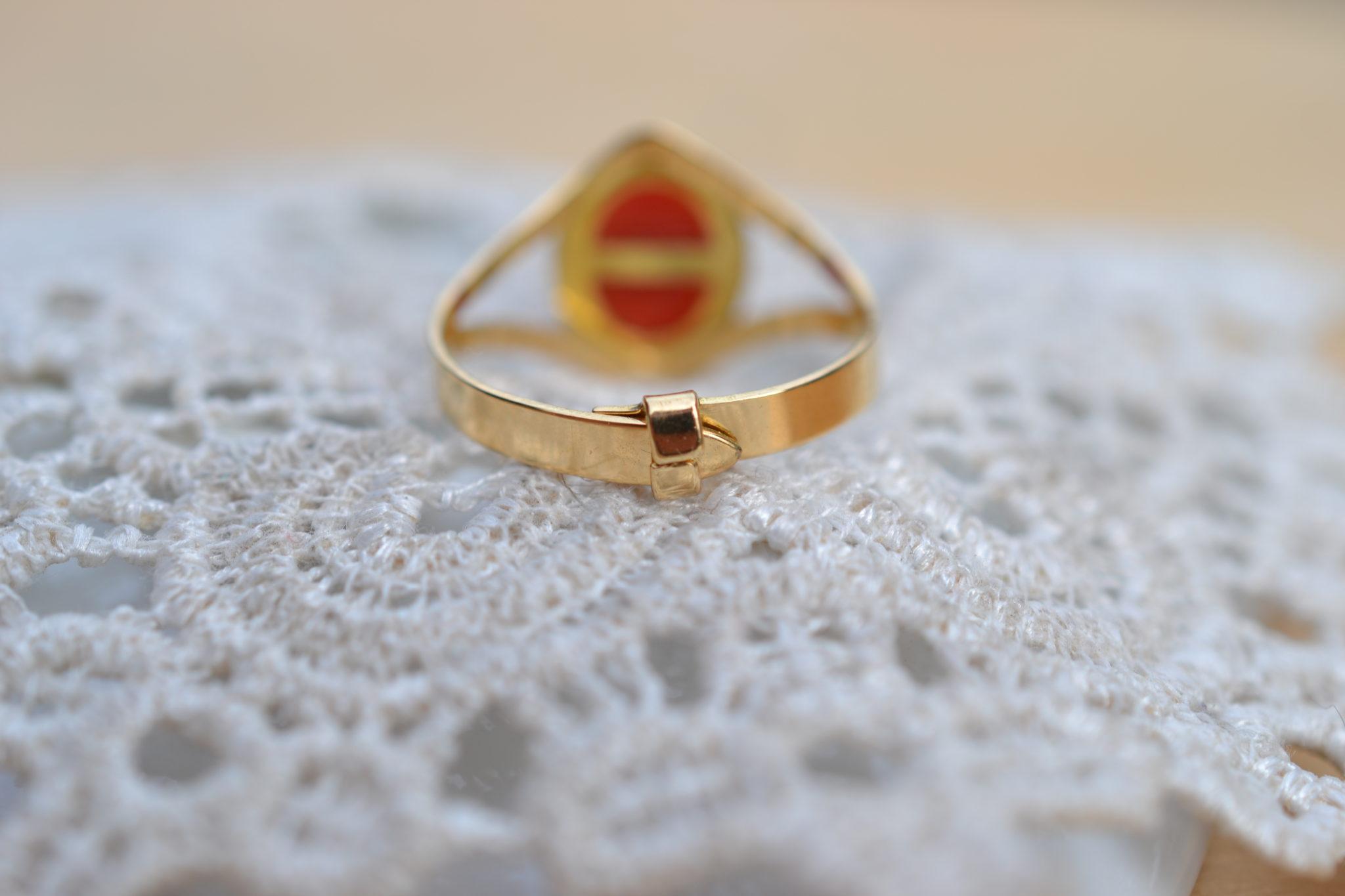 Bague en Or ornée d'une pierre naturelle en corail bijou éthique