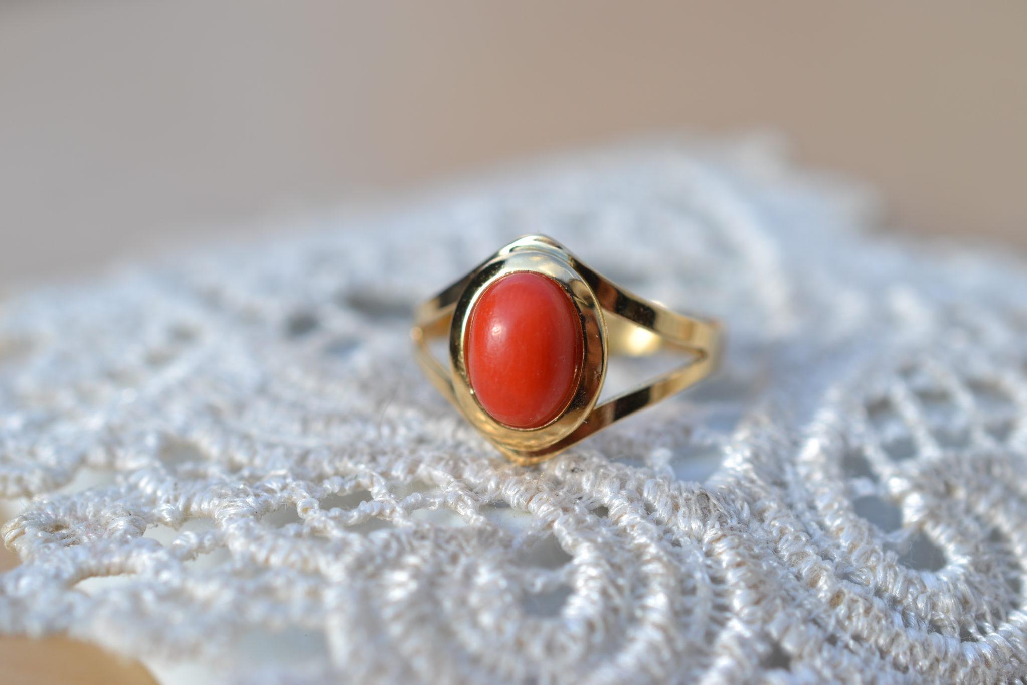 Bague en Or ornée d'une pierre naturelle en corail bijou vintage