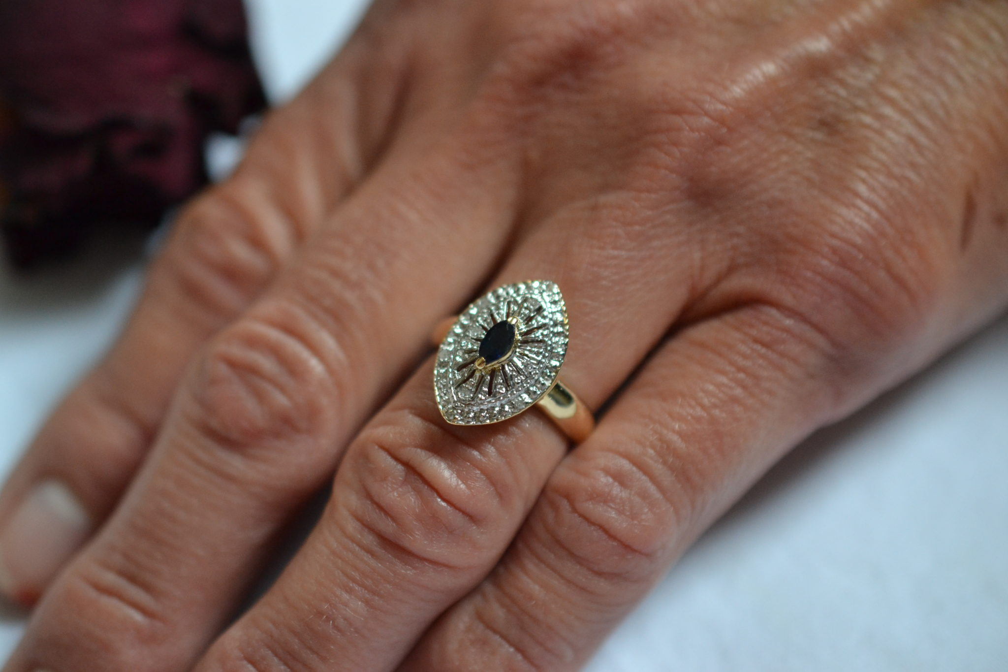 Bague en forme de navette ornée d'un Saphir central et de diamants bague ancienne