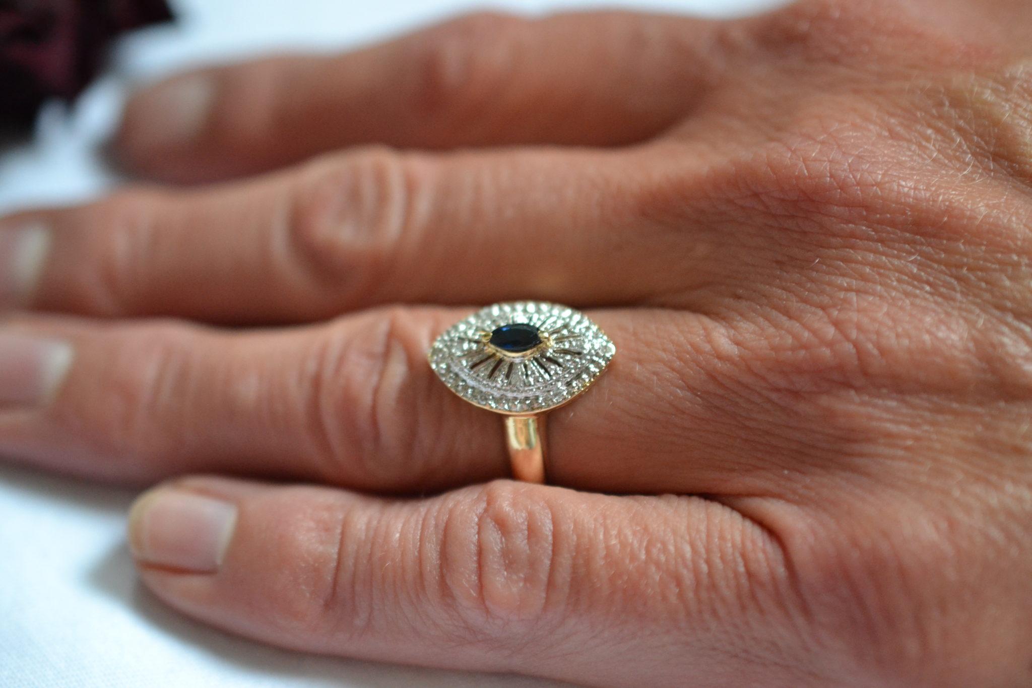 Bague en forme de navette ornée d'un Saphir central et de diamants bague éthique