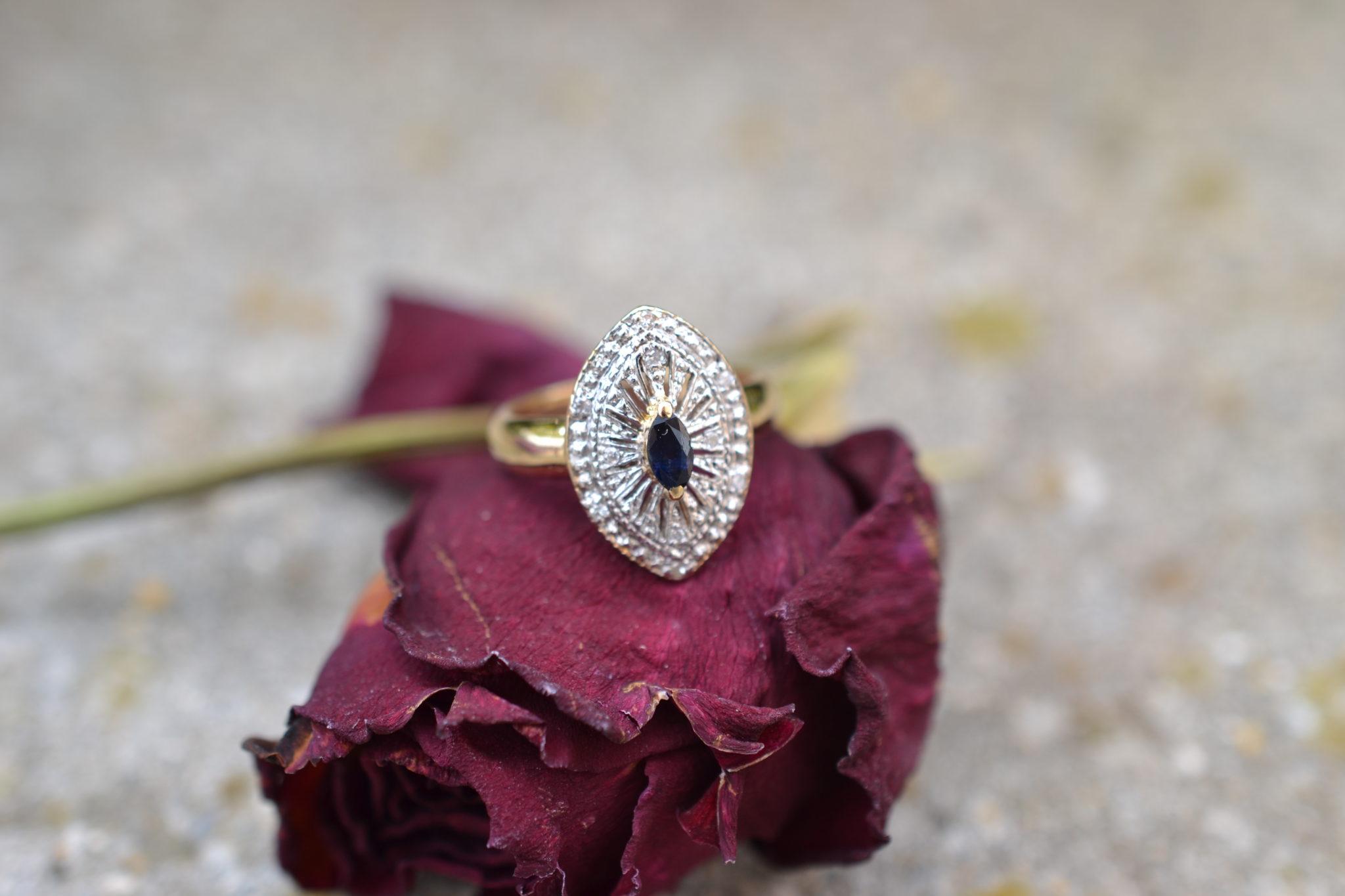 Bague en forme de navette ornée d'un Saphir central et de diamants bague rétro
