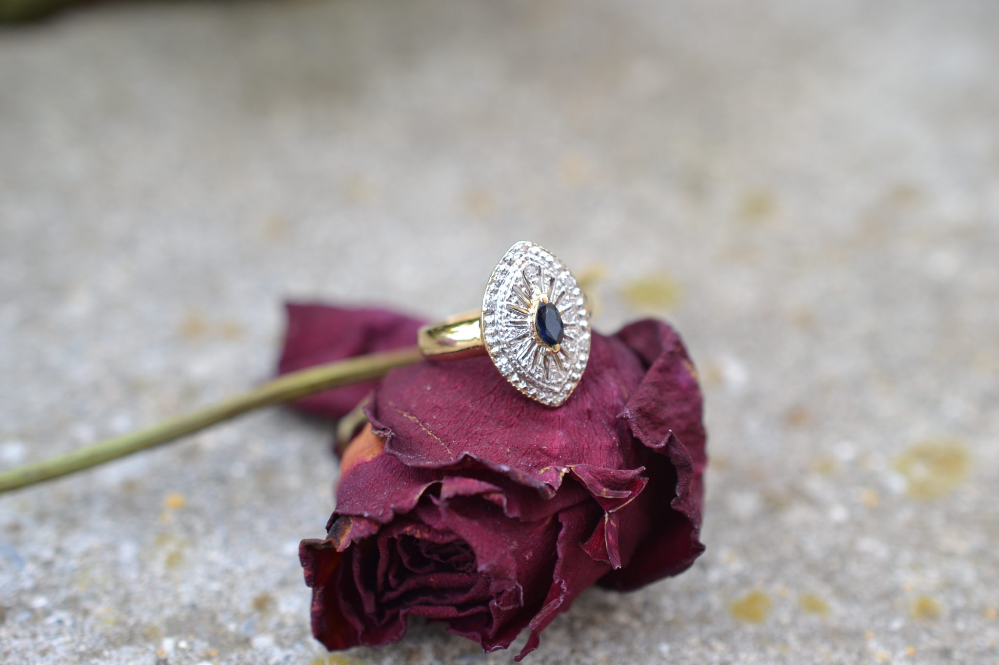 Bague en forme de navette ornée d'un Saphir central et de diamants bague vintage