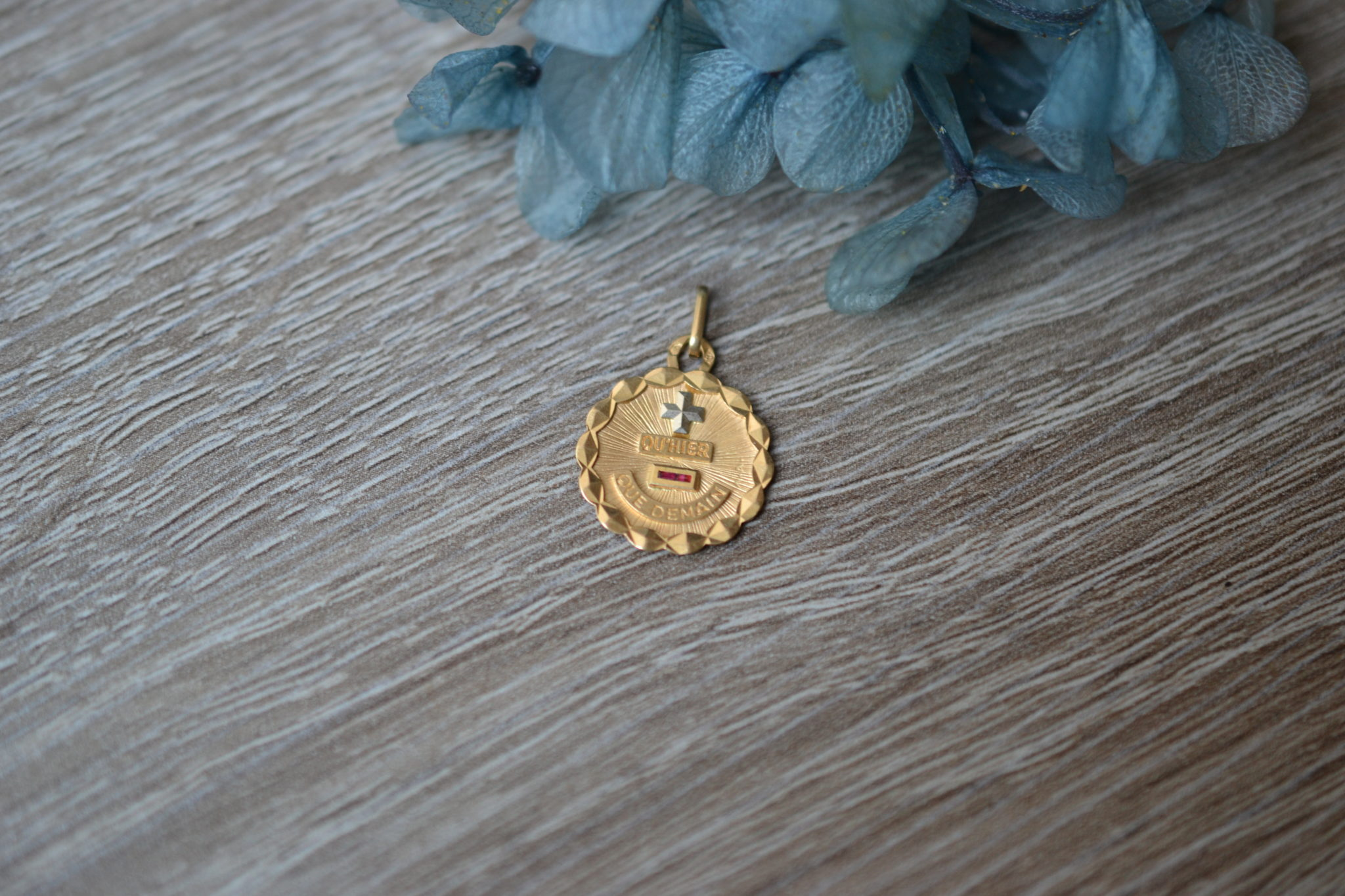 """Médaille """"Plus Qu'hier, Moins Que Demain"""""""