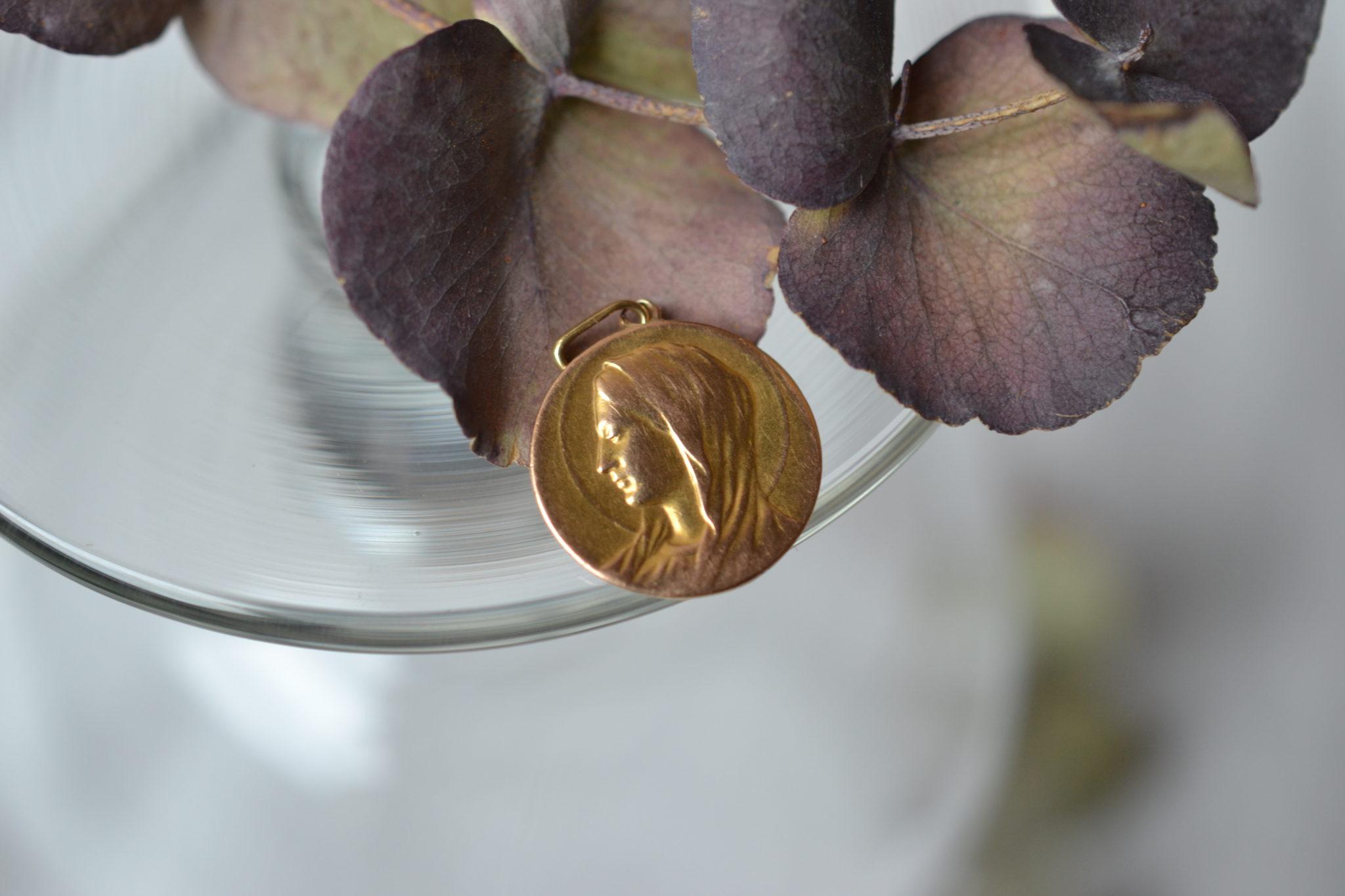 Médaille En Or Jaune Représentant La Vierge Marie De Profil, Décorée Au Dos D'une Fleur Et D'une Gravure Bijou Seconde Main
