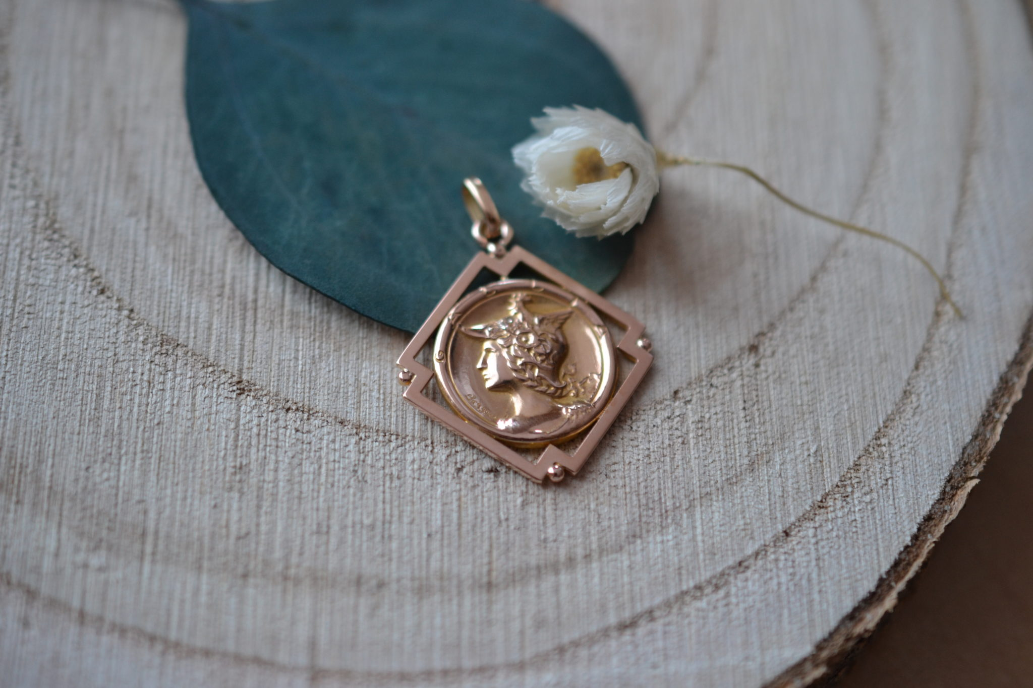 Médaille Gravée D'un Chevalier Romain, Signée _Bessou_ Au Dos Orné D_un Décor Floral. Le Tout Entouré D_une Monture Ajourée De Forme Carrée - Pendentif De Seconde Main