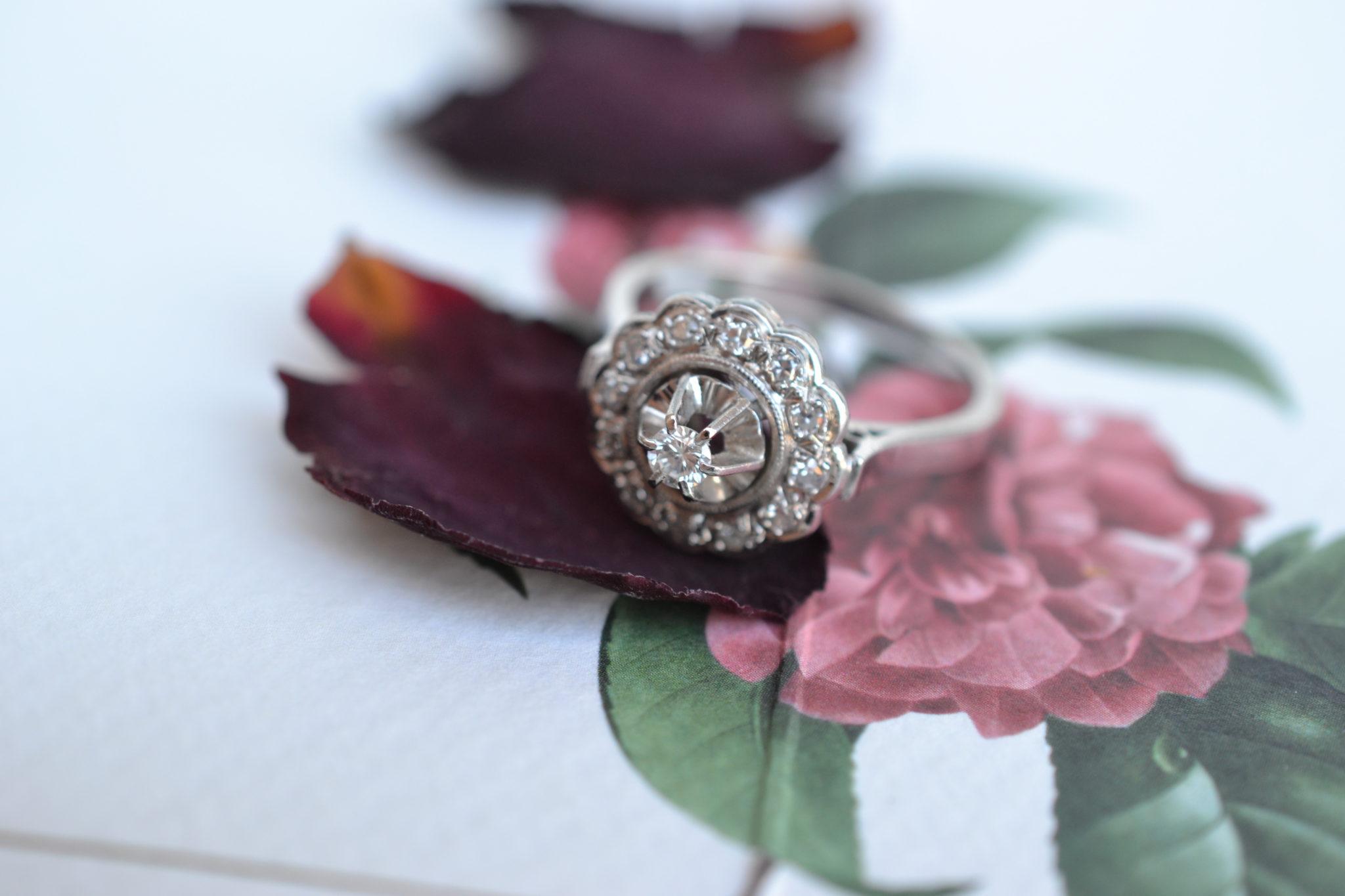 Bague En Or Blanc Sertie D_un Diamant Central Entouré De 12 Diamants Sur Une Monture Circulaire - Bijou Ancien