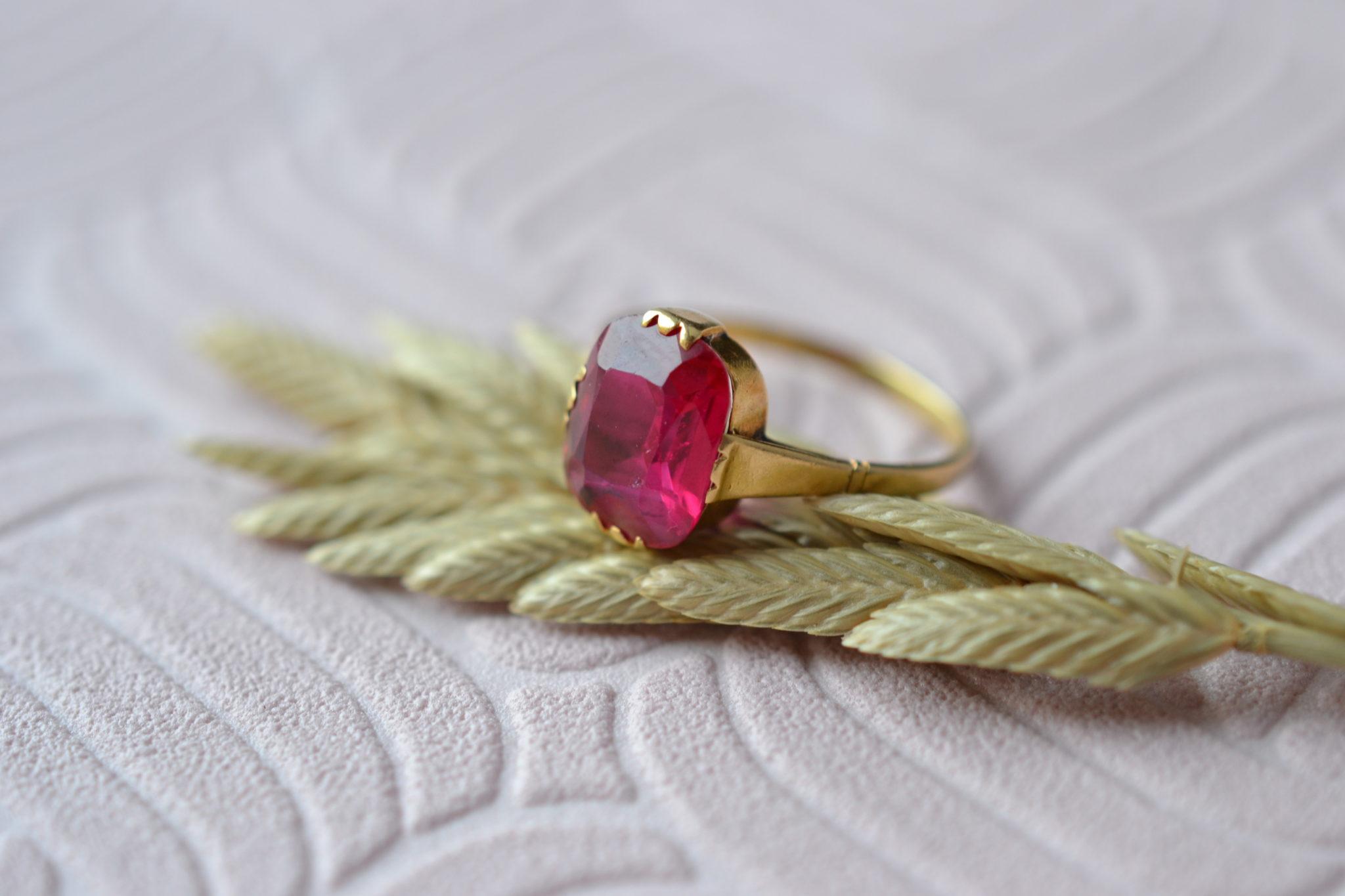 Bague En Or Jaune Sertie D_un Corindon De Synthèse De Couleur Rose _ Rouge - Bague Ancienne