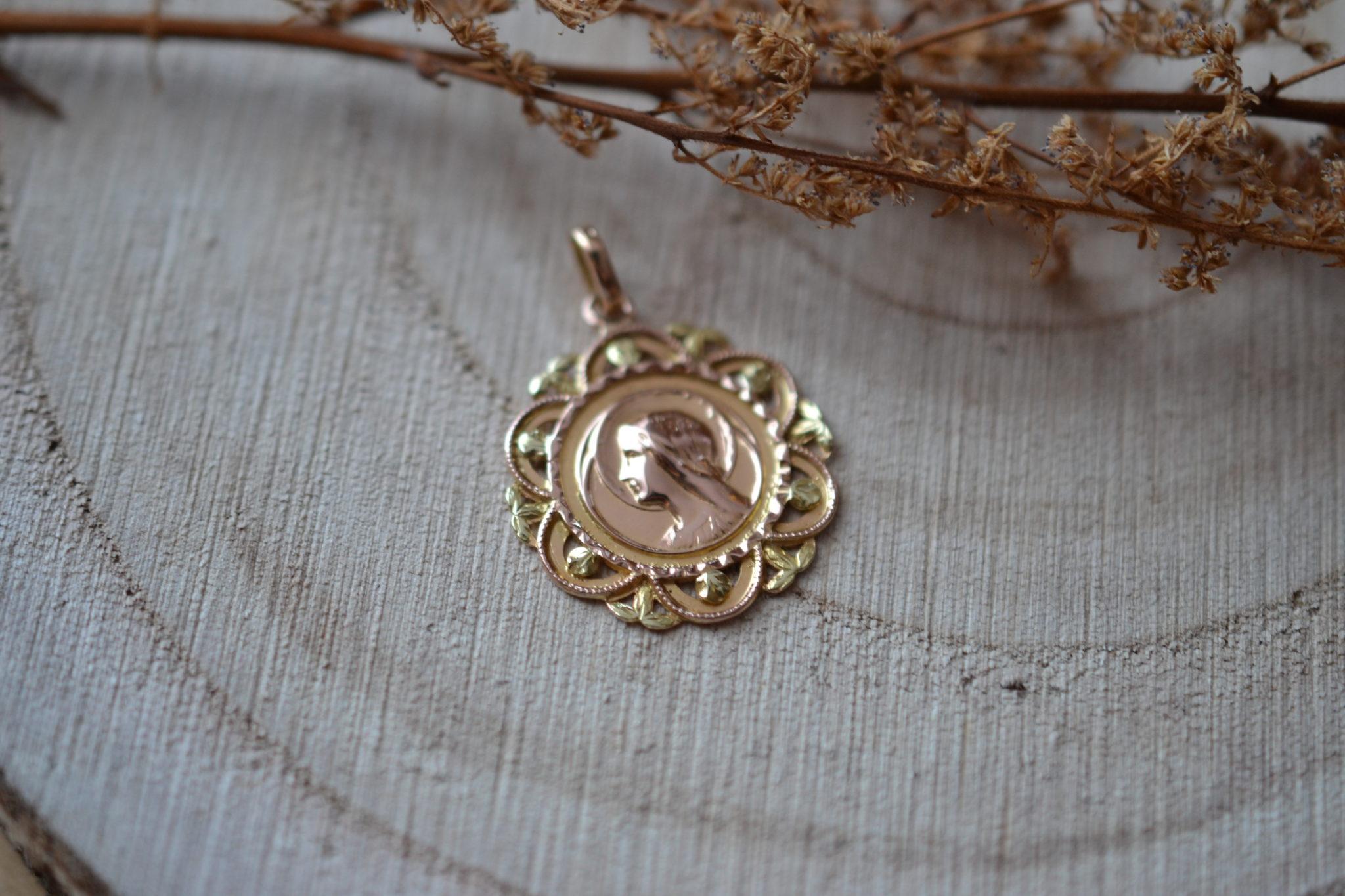 Médaille De La Vierge De Profil, à La Bordure Ajourée Forme Florale Et Détails En Or Vert - Pendentif Ancien