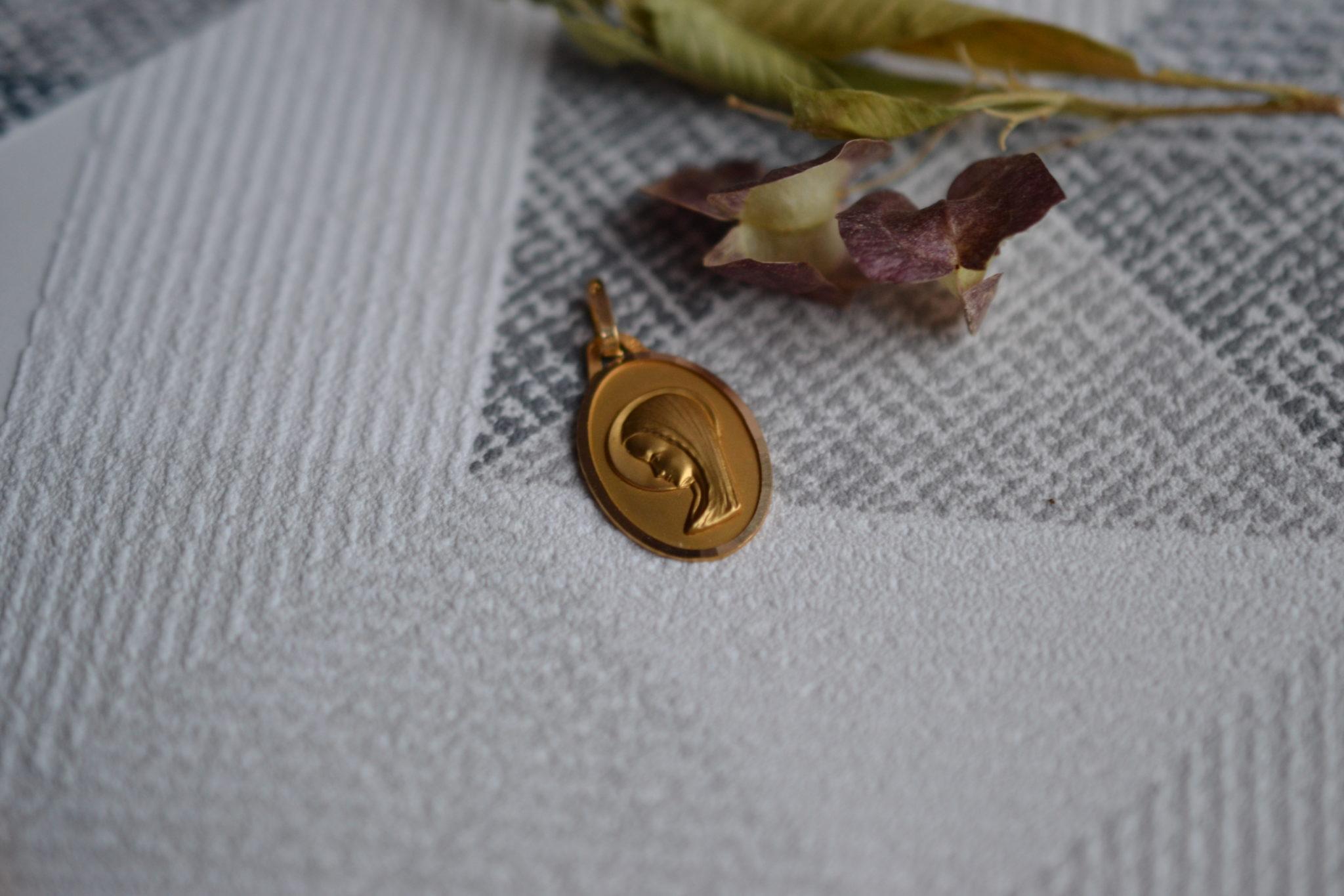 Médaille Ovale En Or Jaune Représentant La Vierge Marie De Profil - Bijou Ancien