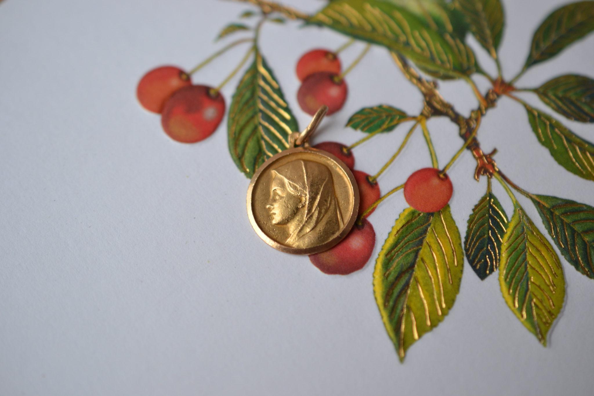 Médaille Ronde En Or Jaune Décorée Du Profil De La Vierge - Pendentif Vintage