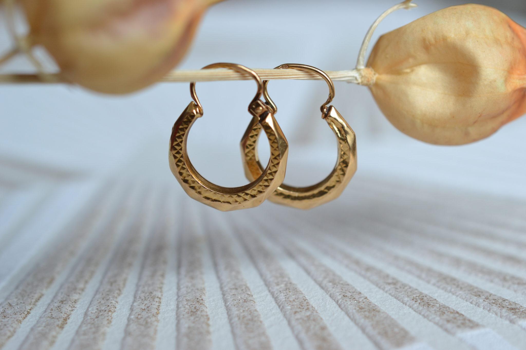 Paire de Créoles en Or jaune décorées de facettes et d_un motif quadrillage - bijoux Vintage