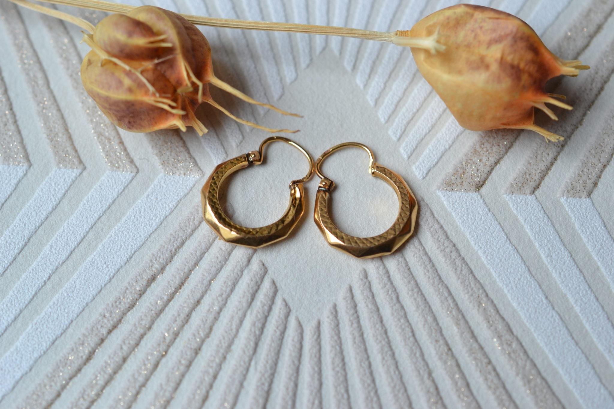 Paire de Créoles en Or jaune décorées de facettes et d_un motif quadrillage - bijoux de seconde main