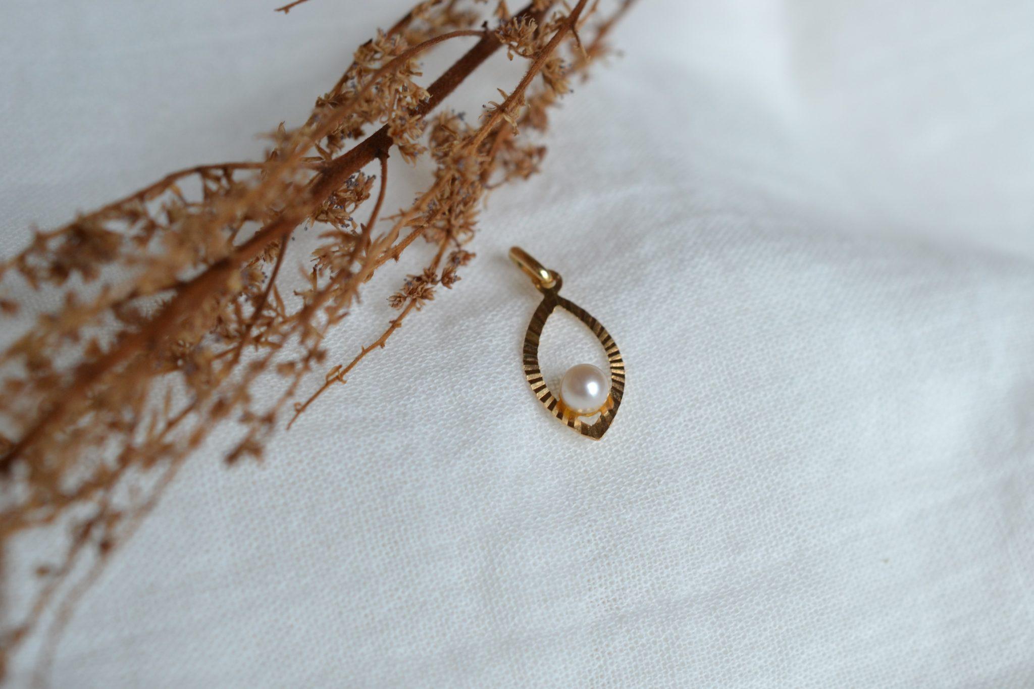 Pendentif ajouré en Or jaune en forme de goutte, serti d_une perle - Bijou ancien