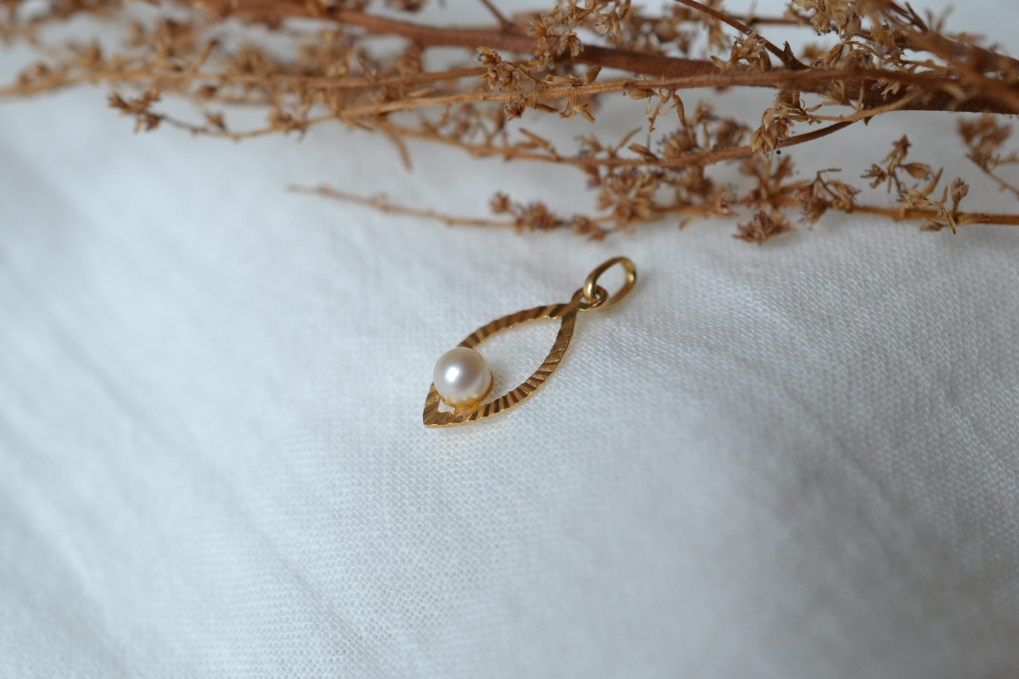 Pendentif ajouré en Or jaune en forme de goutte, serti d_une perlePendentif ajouré en Or jaune en forme de goutte, serti d_une perle - Bijou Vintage