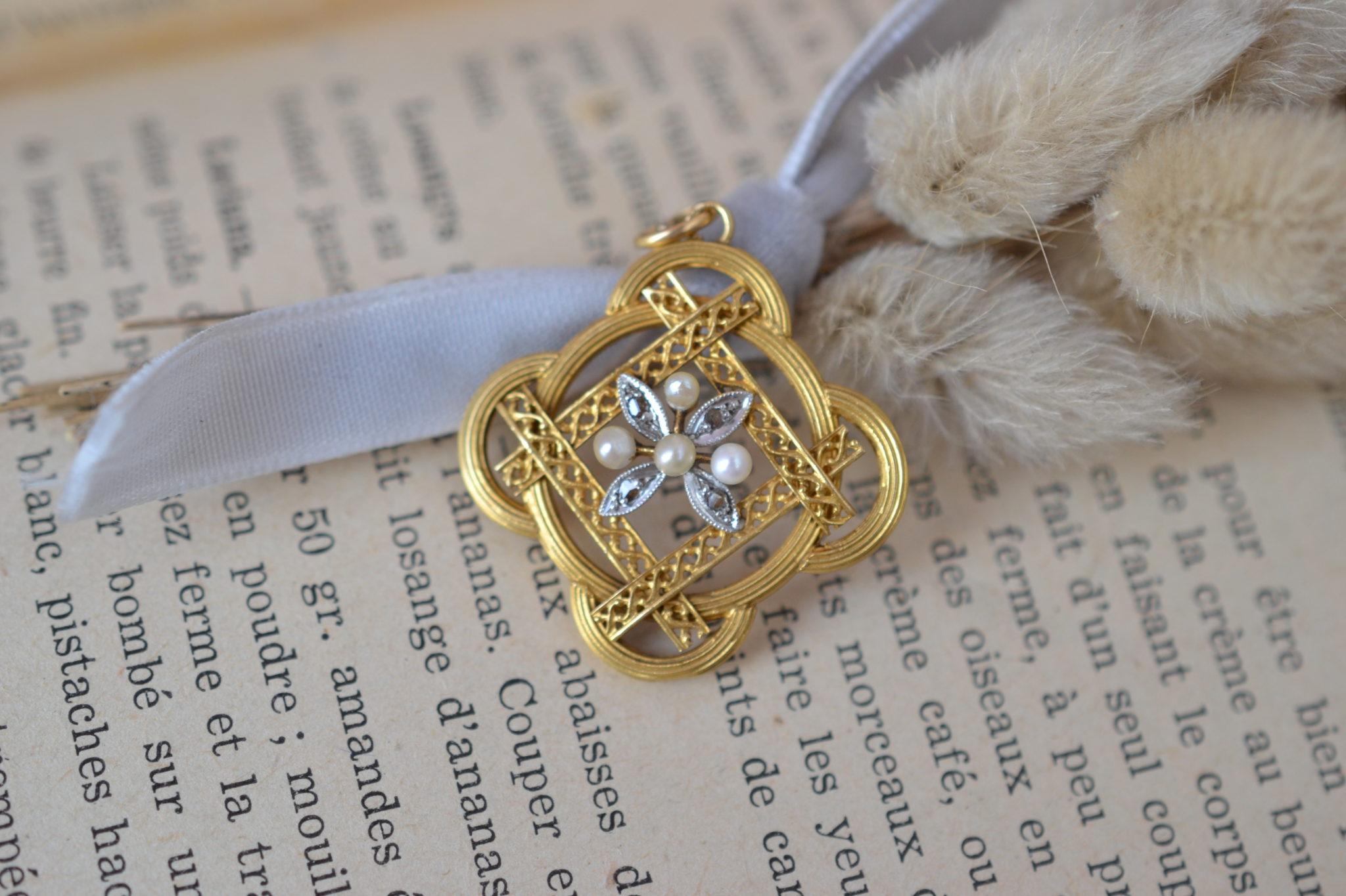 Pendentif De Forme Quadrilobé En Or Jaune Et Or Blanc, Serti De Petites Perles Et D_éclats De Diamants - Bijou Vintage