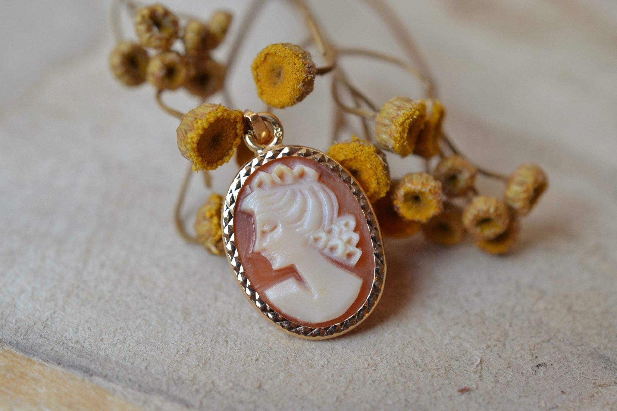 Pendentif en Or jaune serti d_un camée au profil de femme sur une monture facettée - pendentif ancien