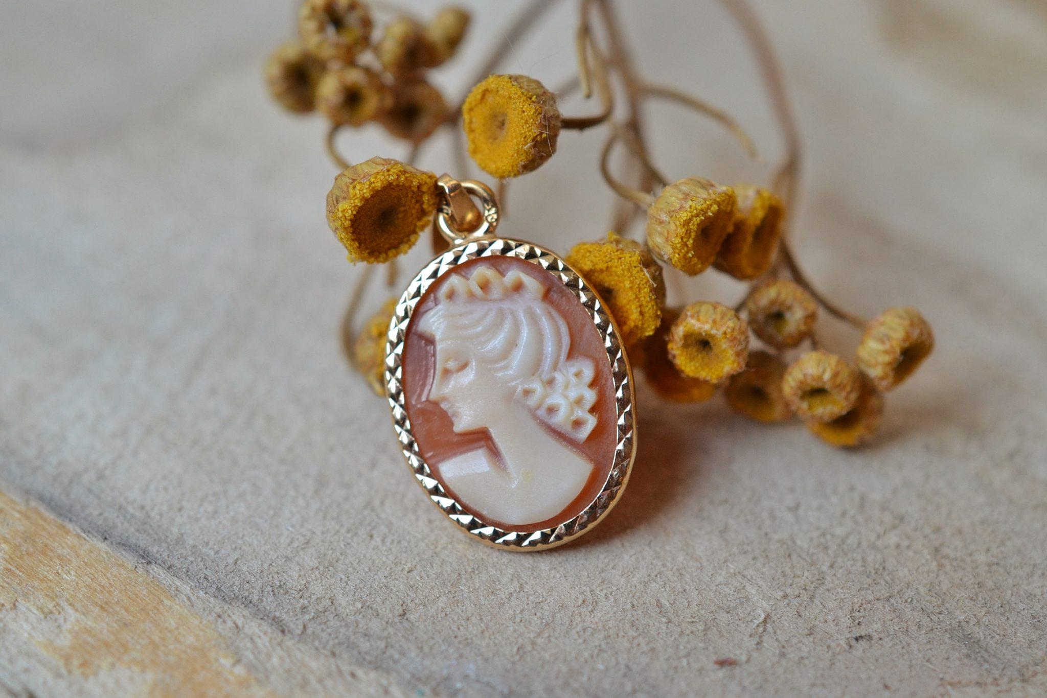 Pendentif en Or jaune serti d_un camée au profil de femme sur une monture facettée - pendentif rétro