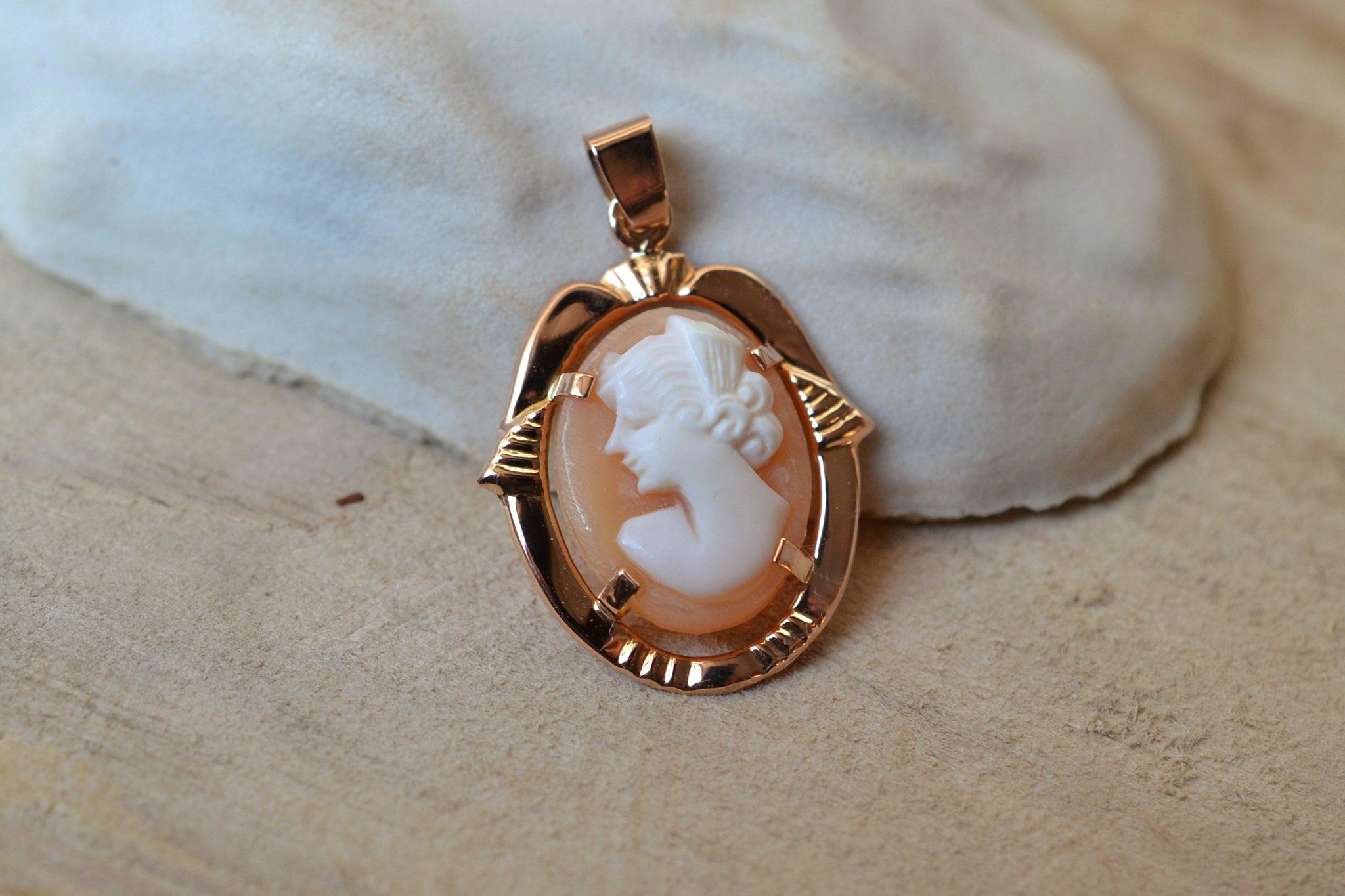 Pendentif ovale en Or jaune ciselé garni d_un camée, XXe - bijou ancien