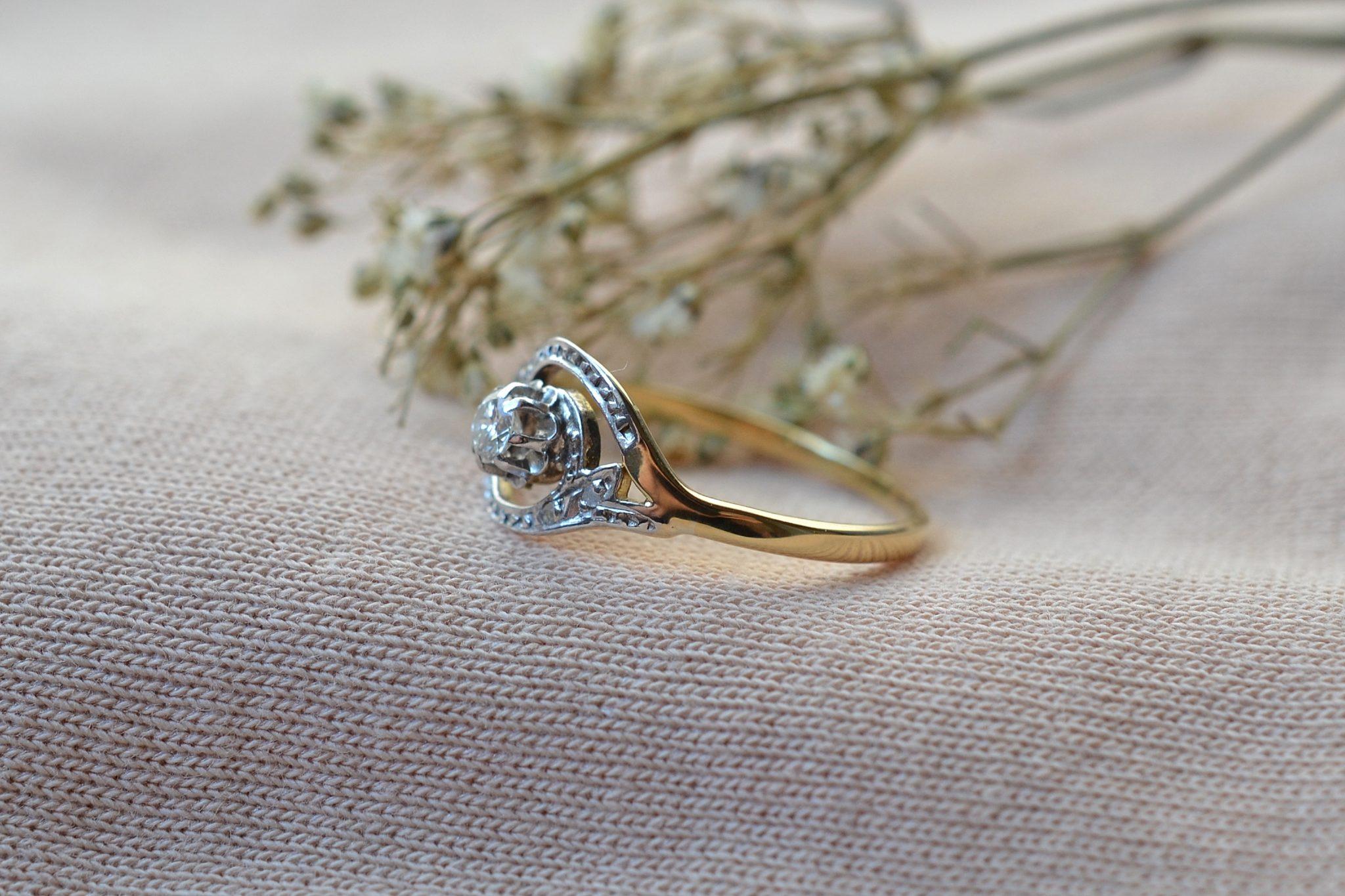 Bague En Or Jaune Et Or Blanc Ornée D_un Diamant De Taille Ancienne Et De Diamants De Taille Rose - Bague Rétro