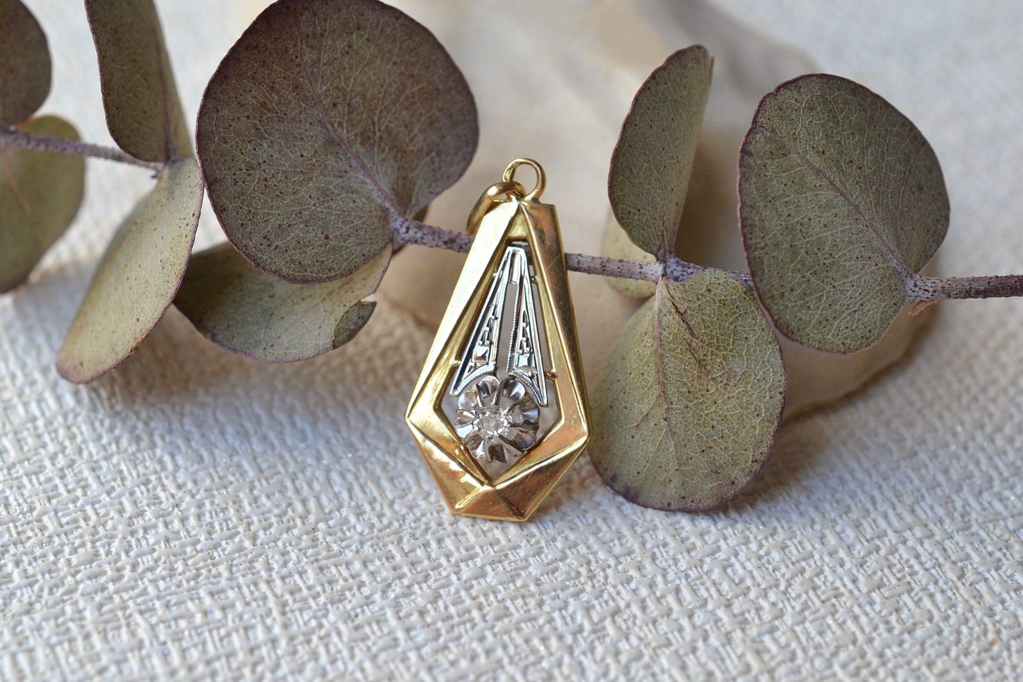 Pendentif en Or deux tons orné d_un petit diamant taille ancienne - bijou ancien