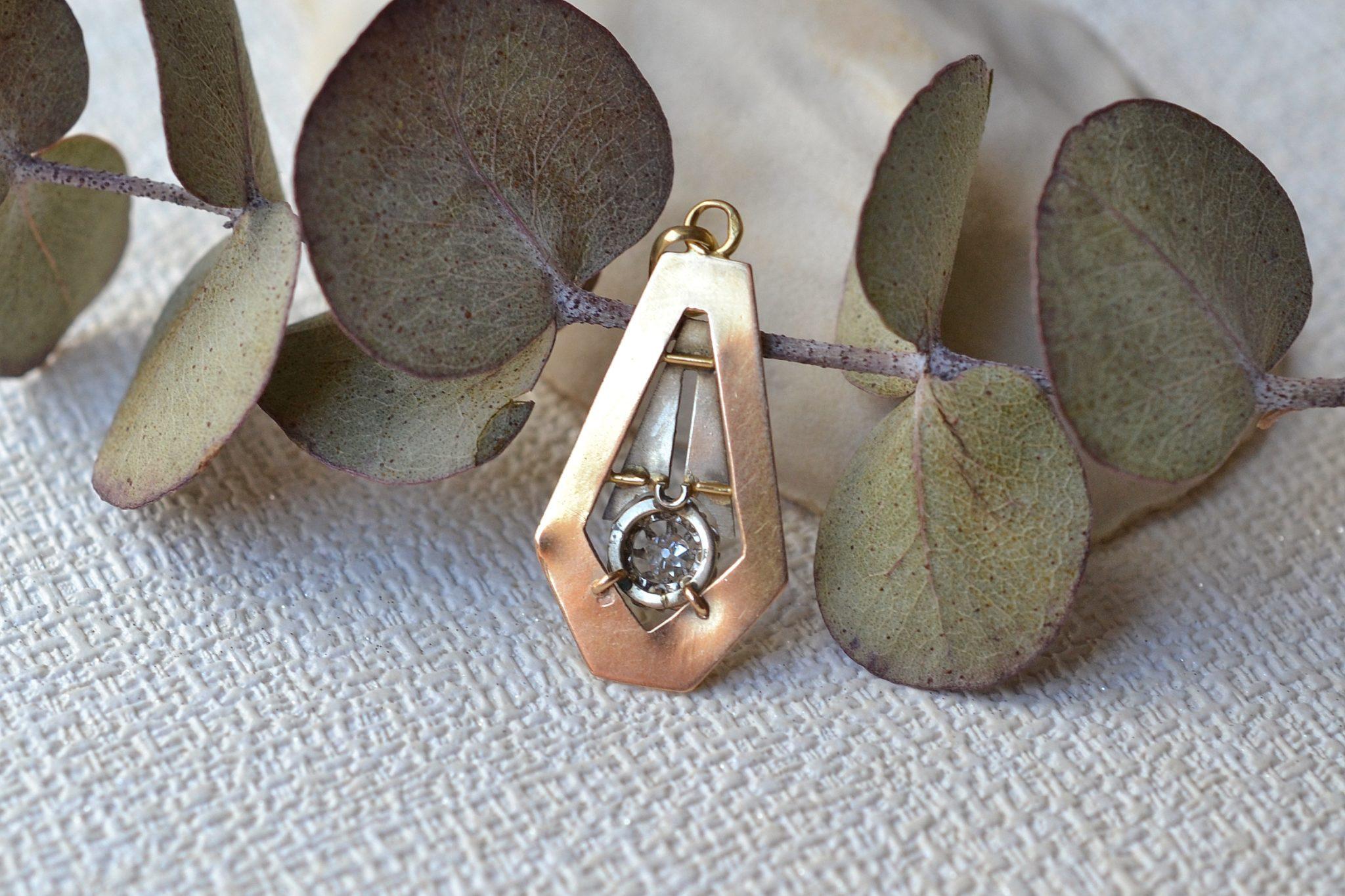 Pendentif en Or deux tons orné d_un petit diamant taille ancienne - bijou d_occasion