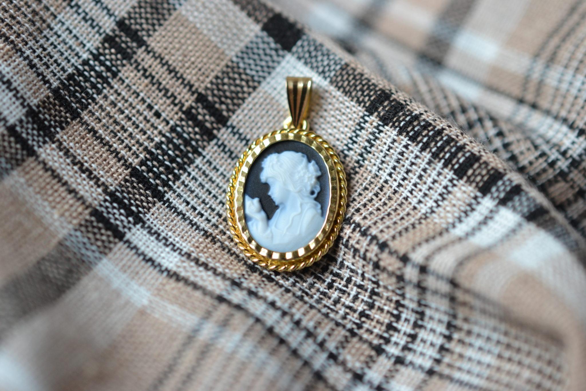 Pendentif en Or jaune serti d_un camée au profil de femme sur une plaque d'Onyx - bijou Vintage