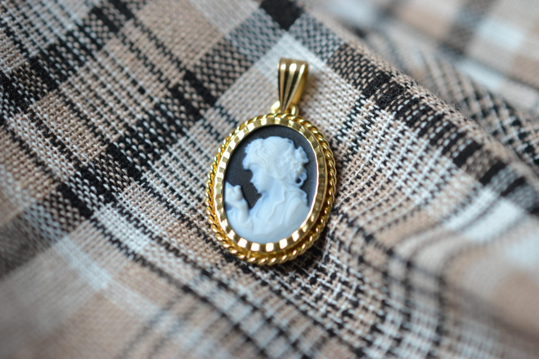 Pendentif en Or jaune serti d_un camée au profil de femme sur une plaque d'Onyx - bijou éthique et éco-responsable